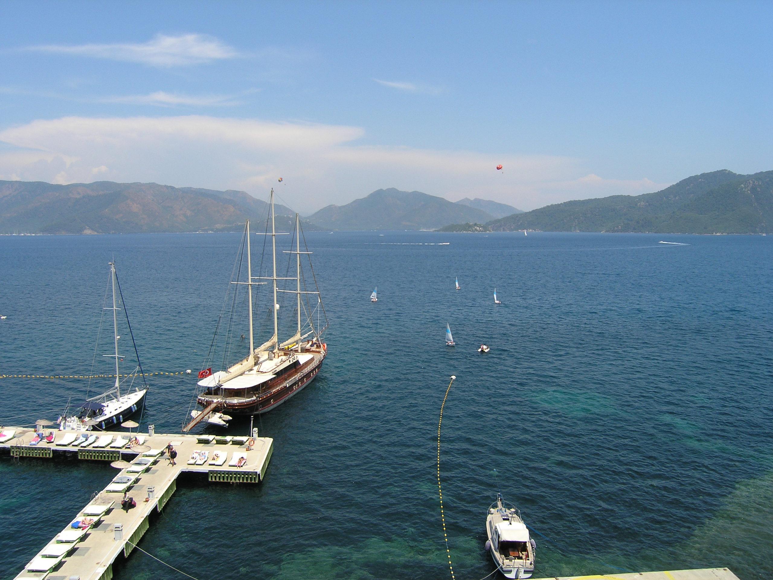 Widok na łódki i góry