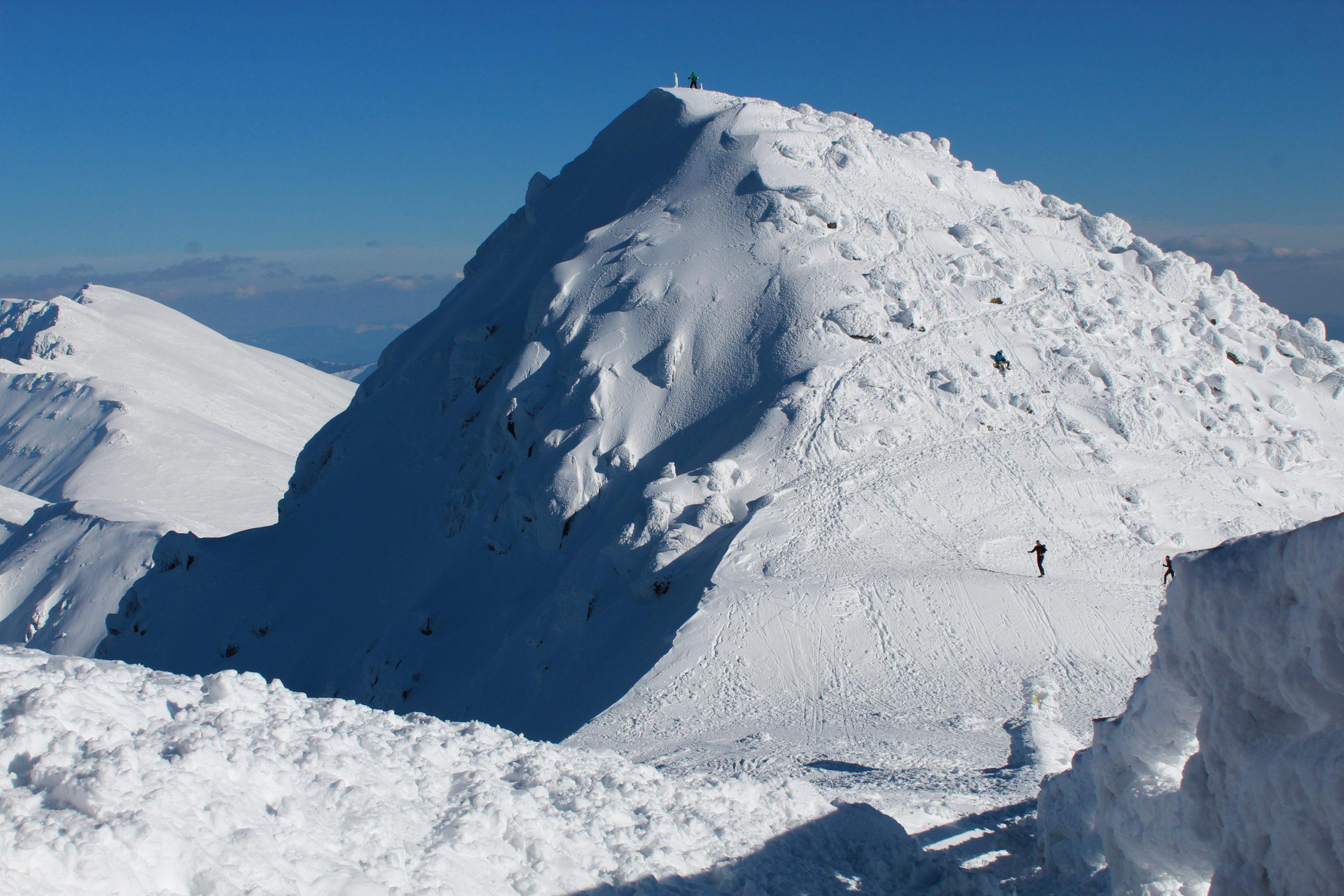 widok na szczyt górski