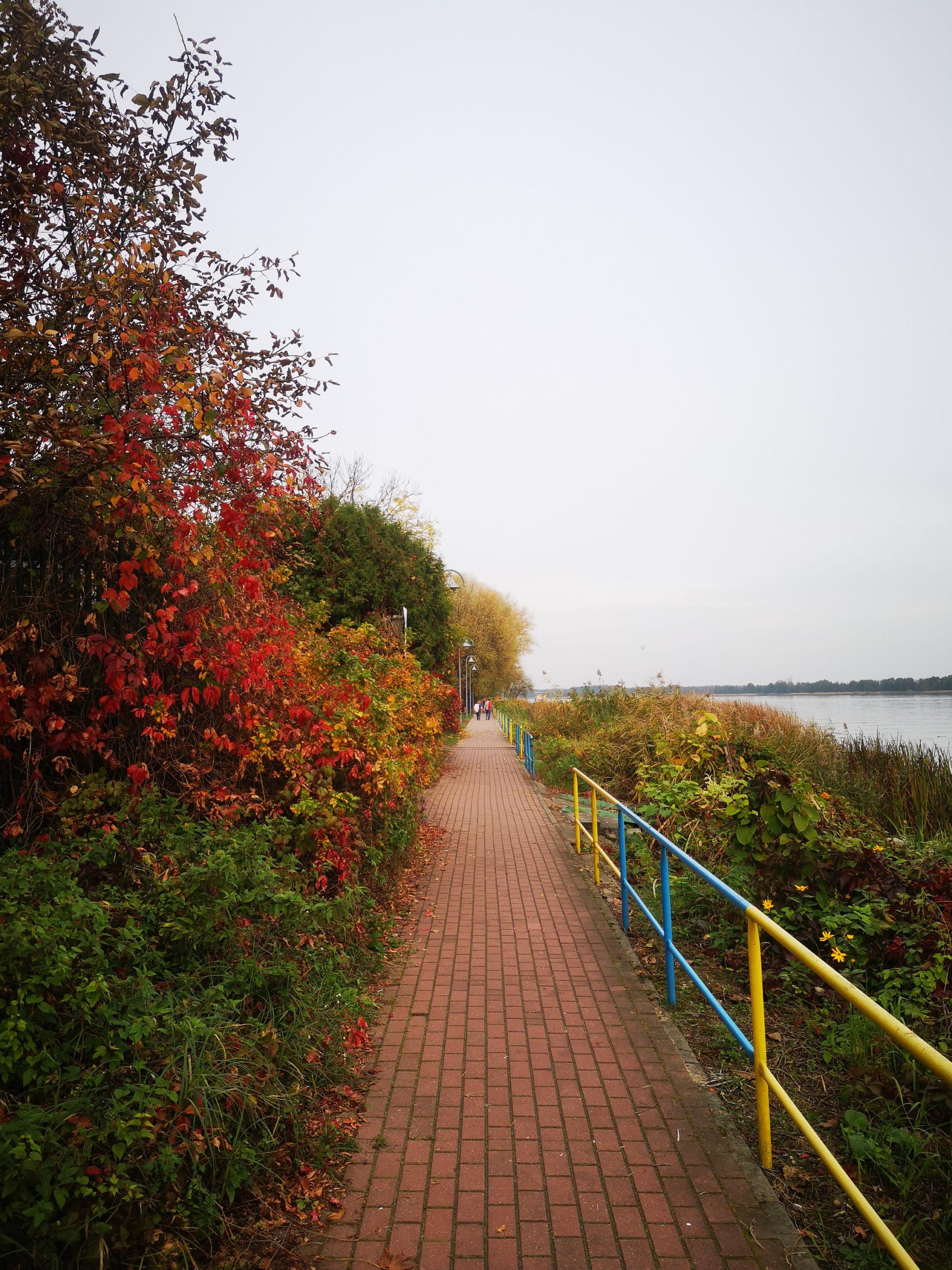 serock widok na chodnik nad jeziorem w dzień