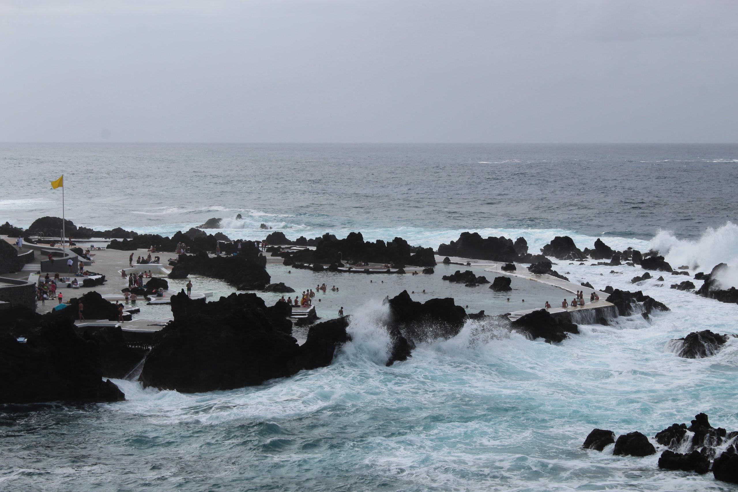madera widok na wzburzony ocean i basen