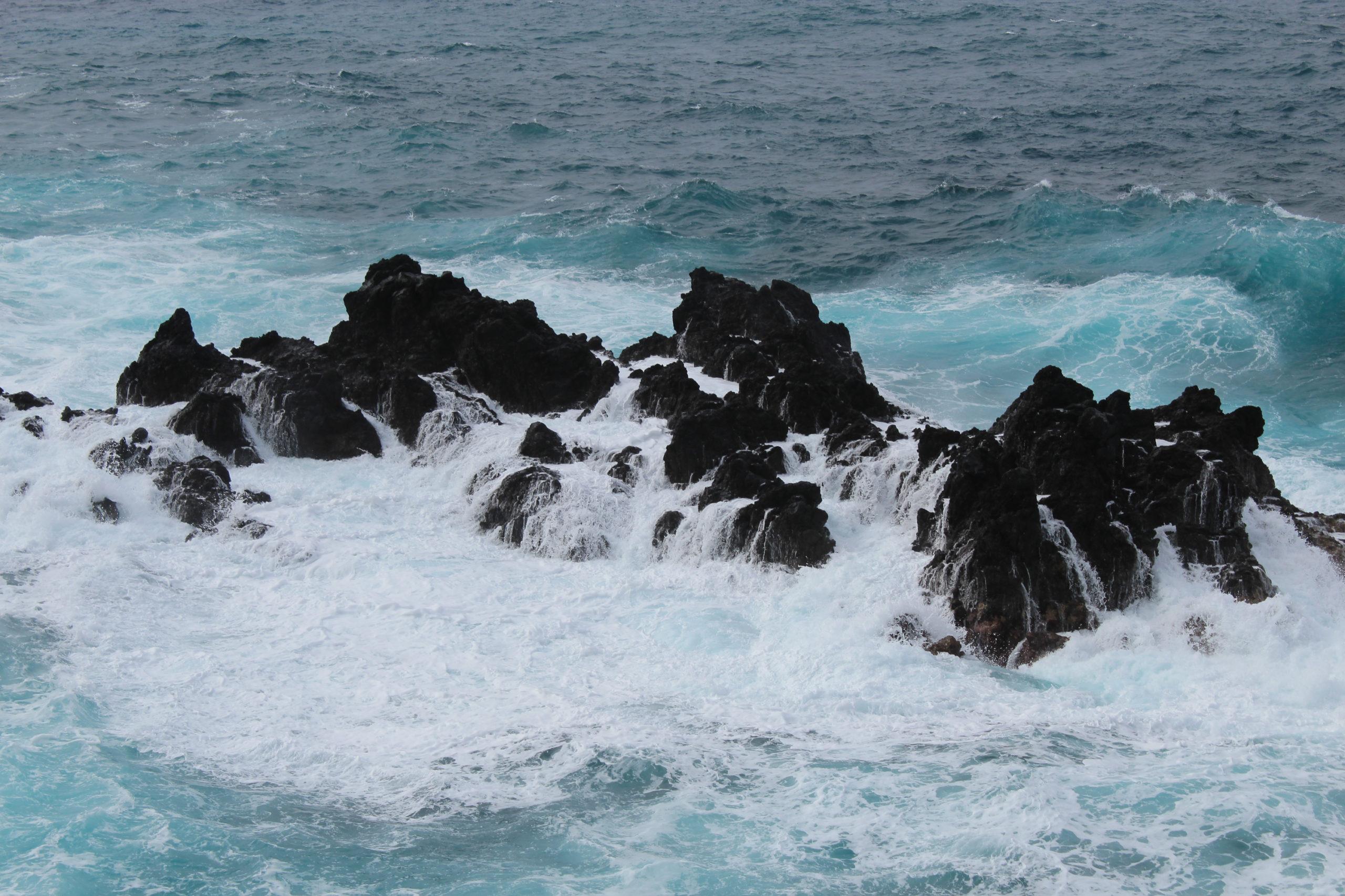 madera fale rozbijają się o skały