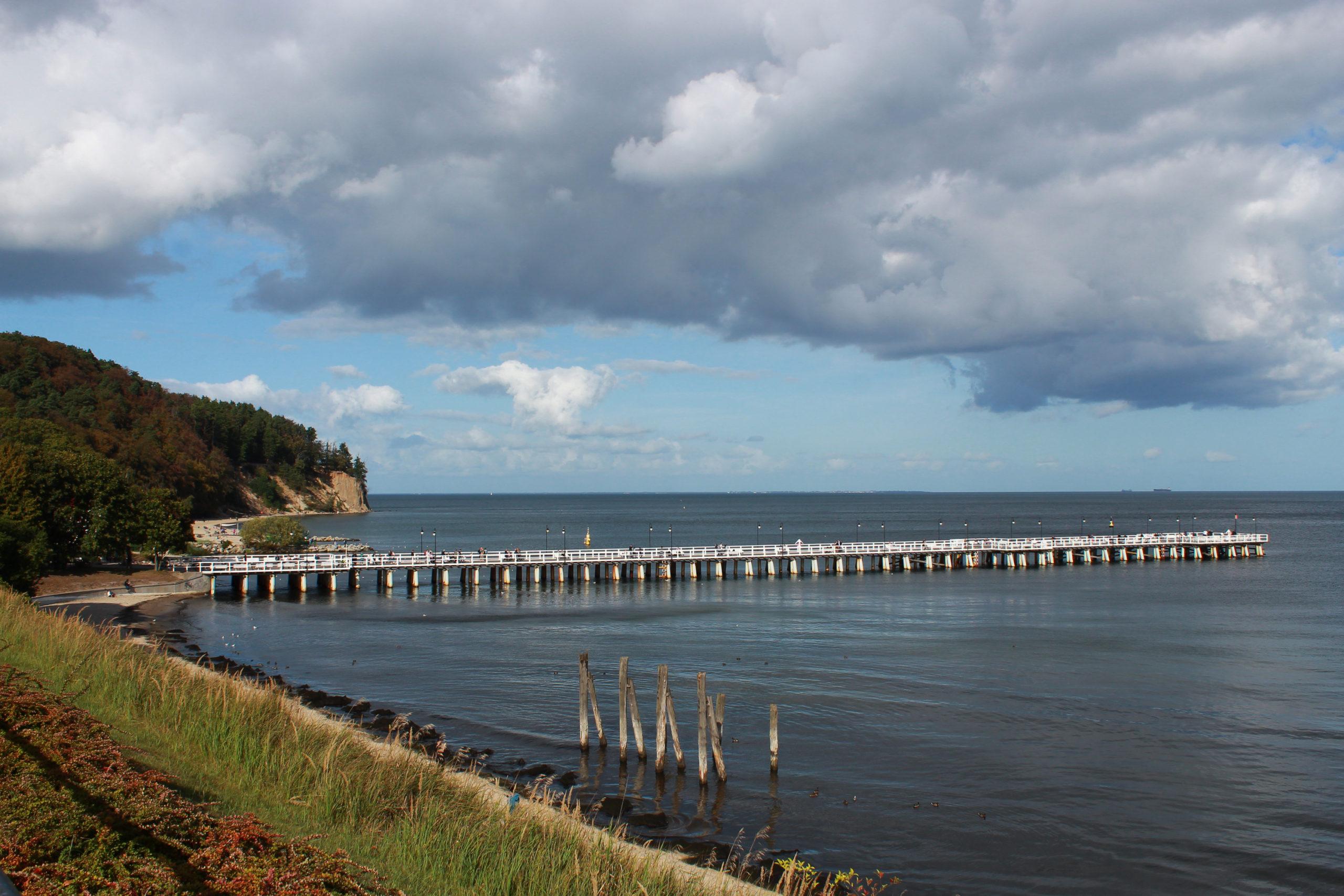 widok na molo, morze i klif Gdynia