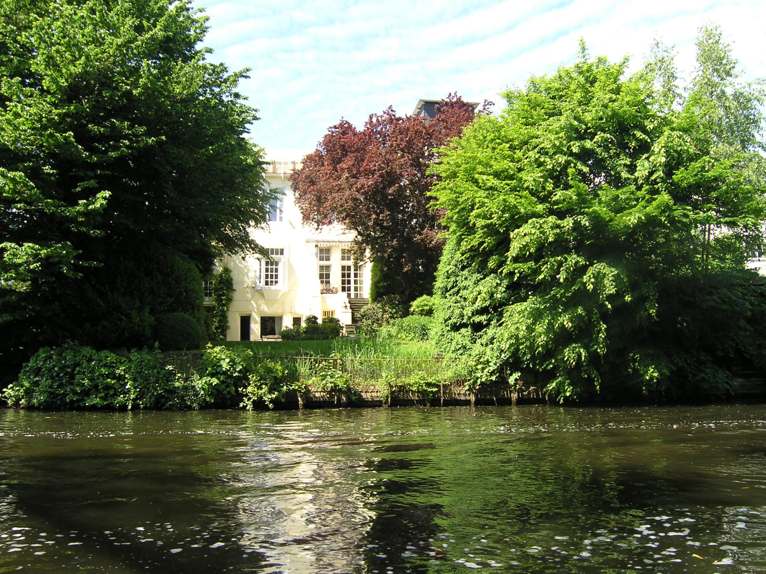 hamburg widok na roślinność, wodę i budynek