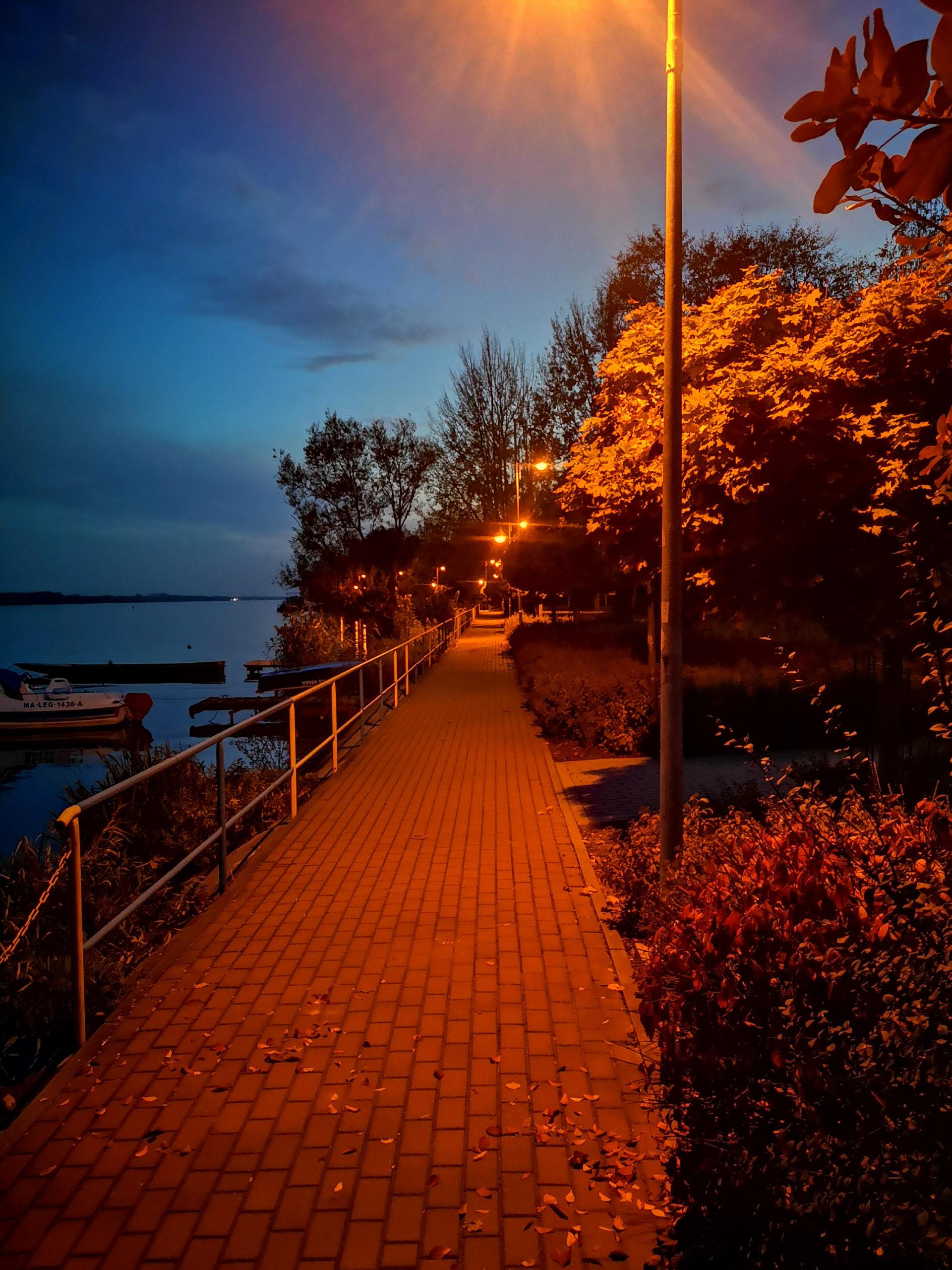 serock chodnik nad jeziorem