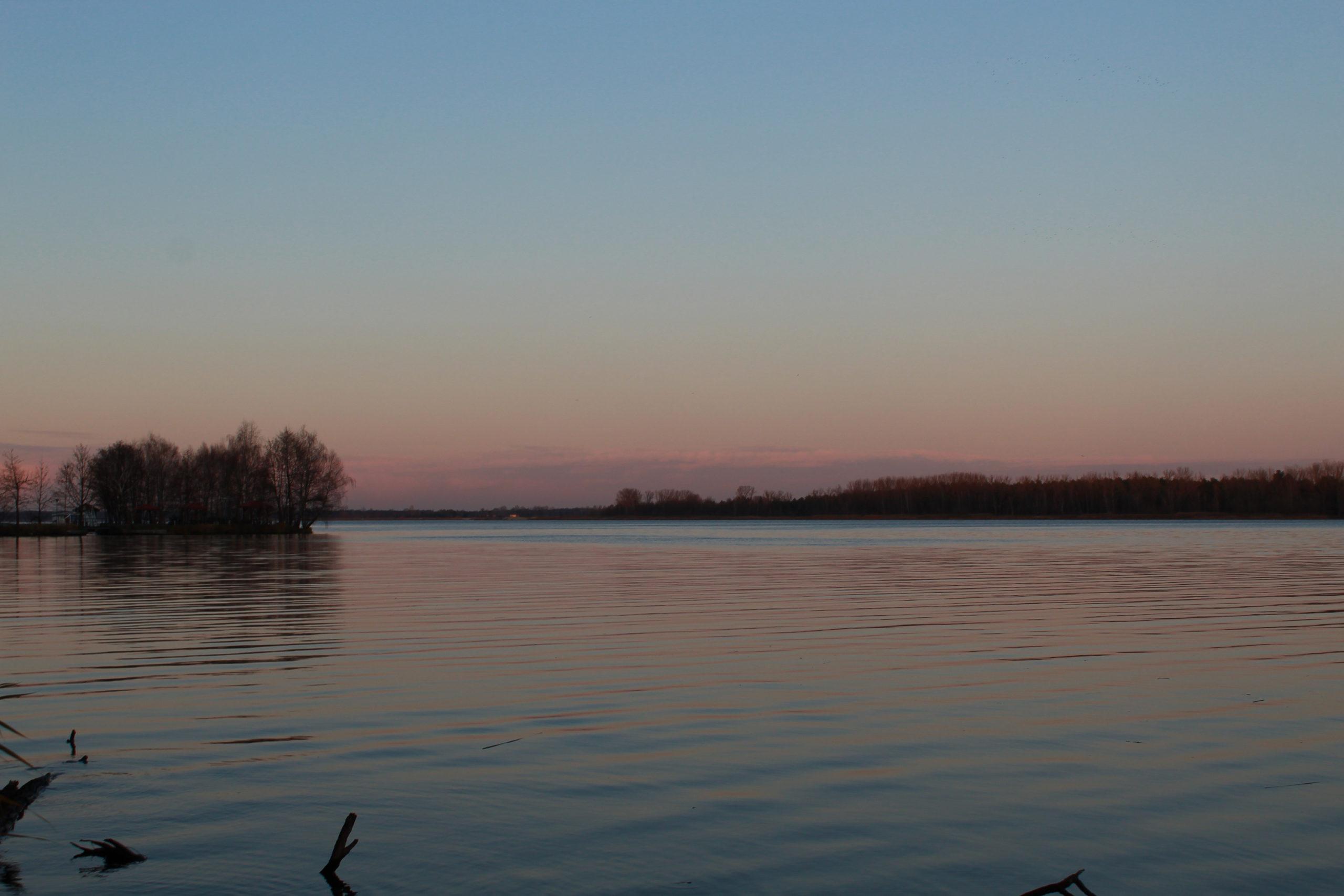 serock widok na jezioro wieczorem