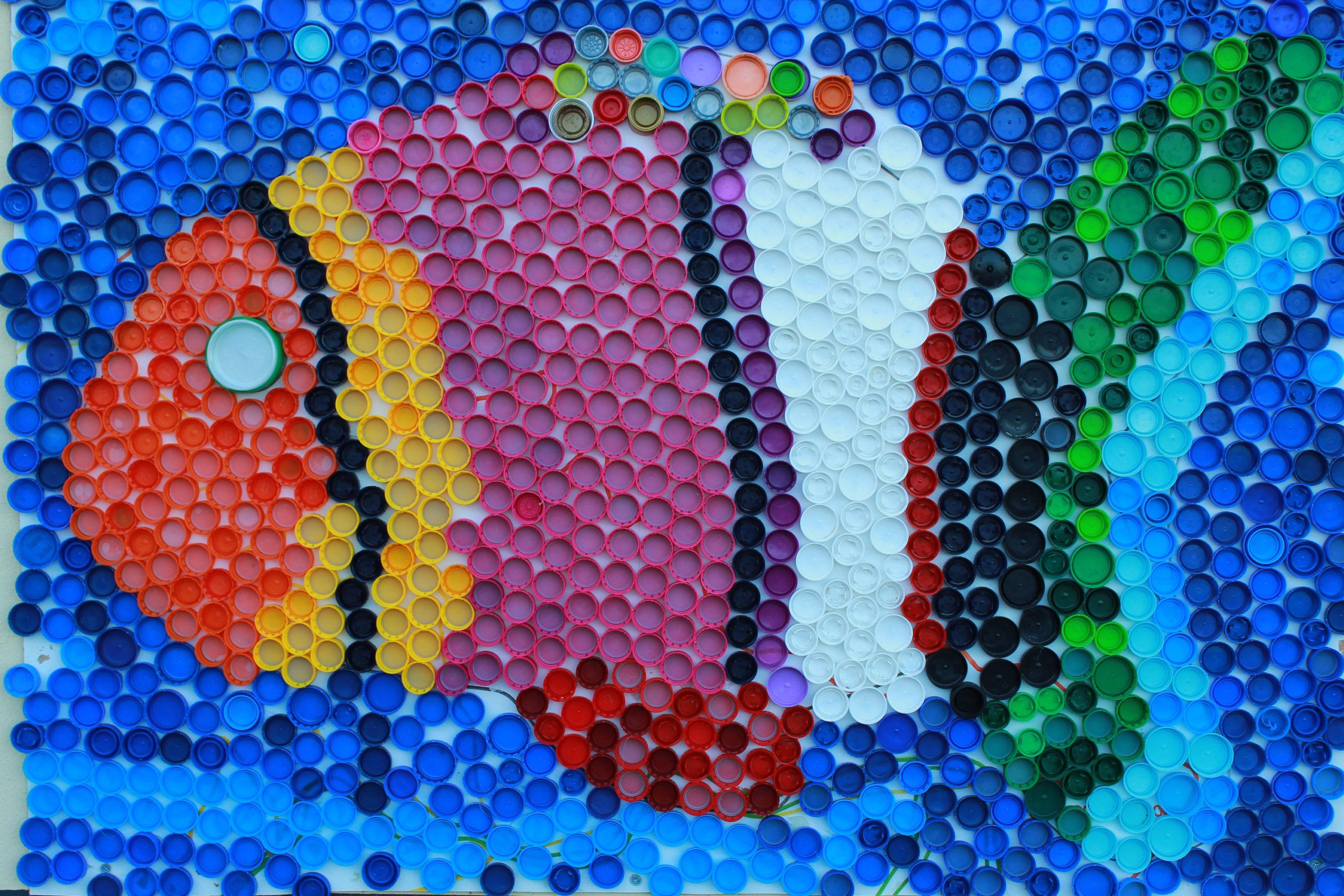 madera mozaika ryba z nakrętek