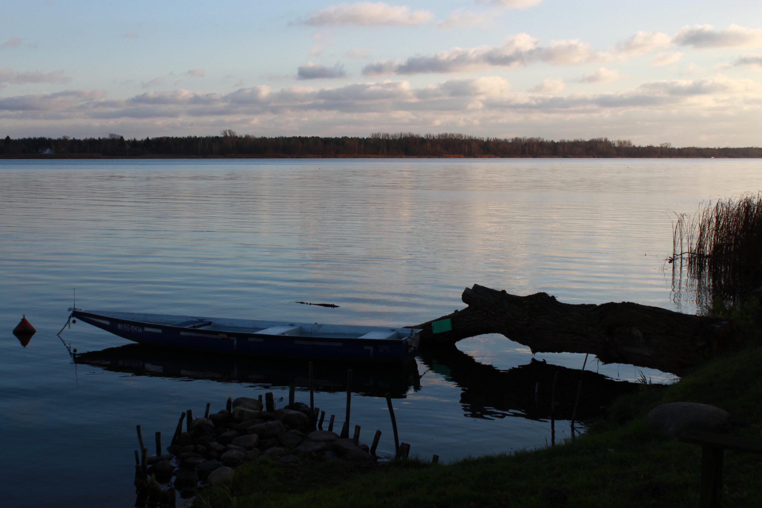 serock łódka nad jeziorem