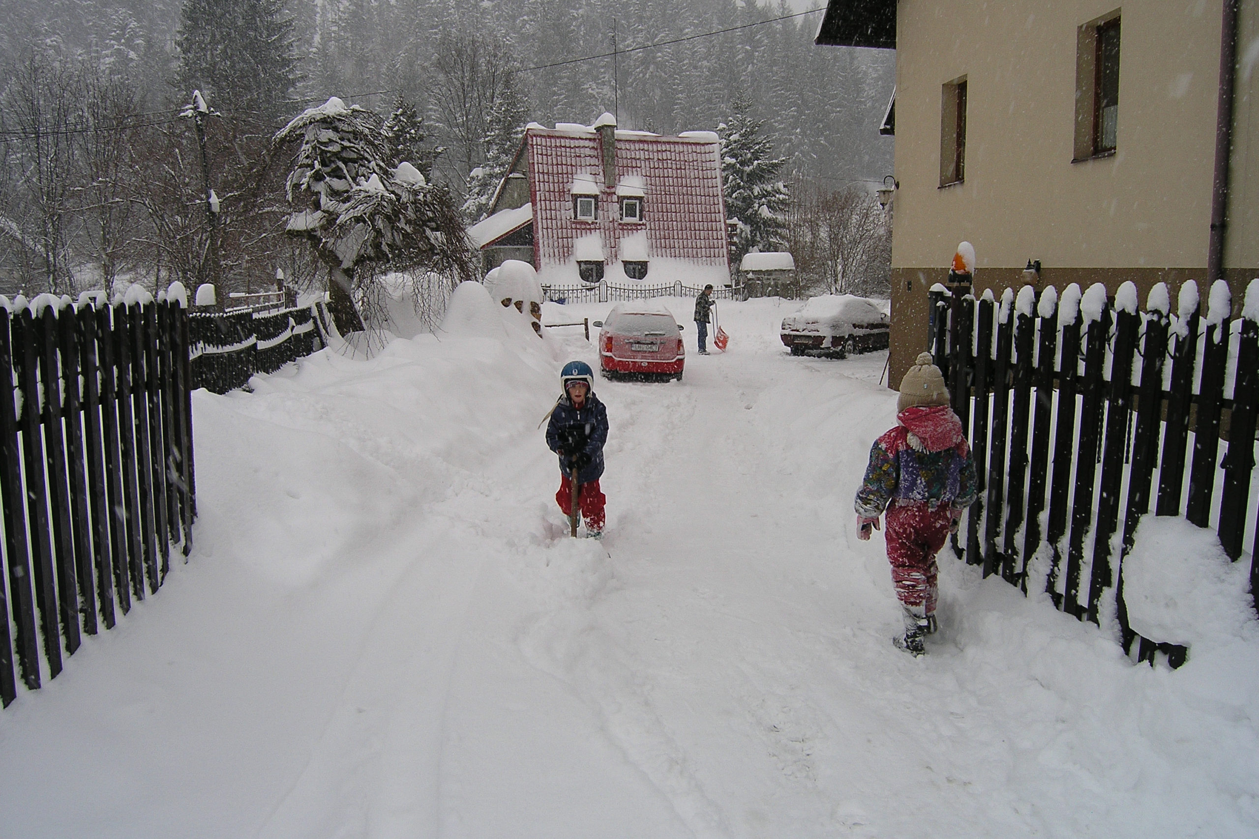 wisła dzieci bawiące się w śniegu