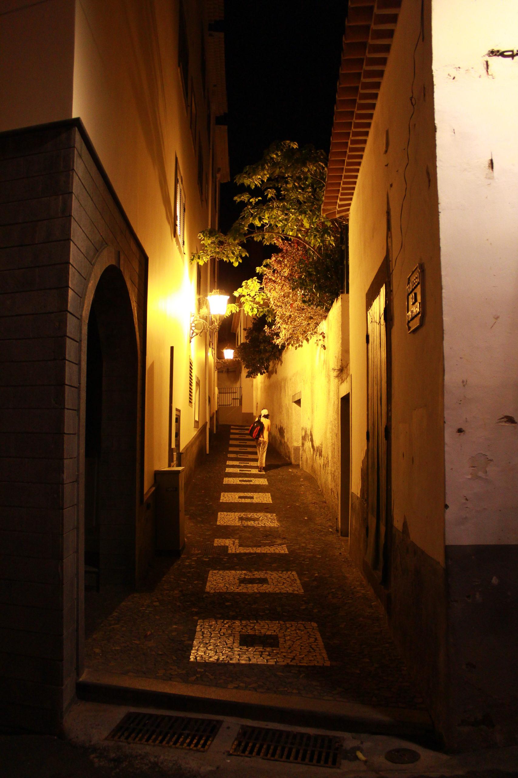 madera widok na uliczkę nocą