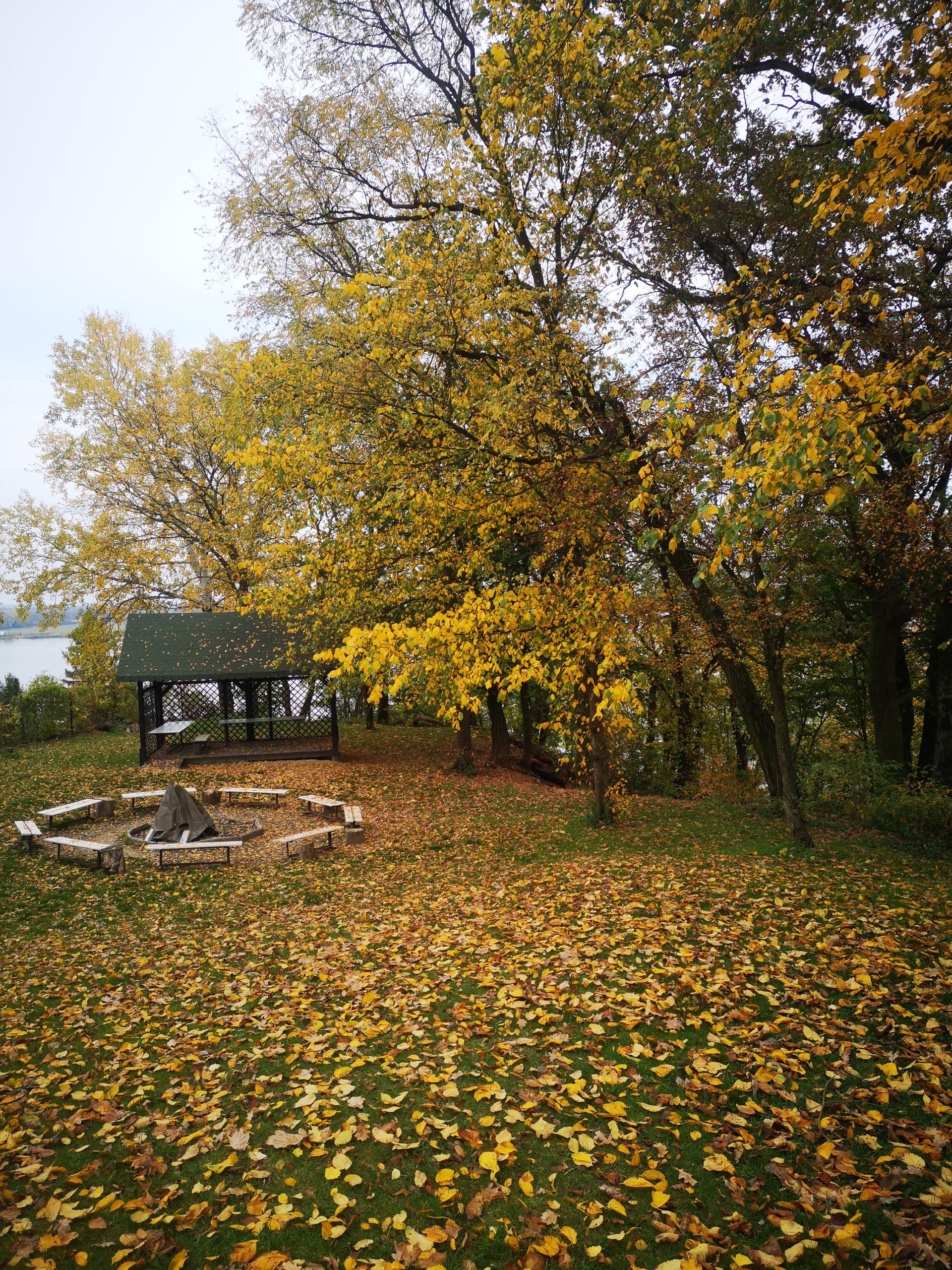 serock widok na altanę i miejsce na ognisko jesień