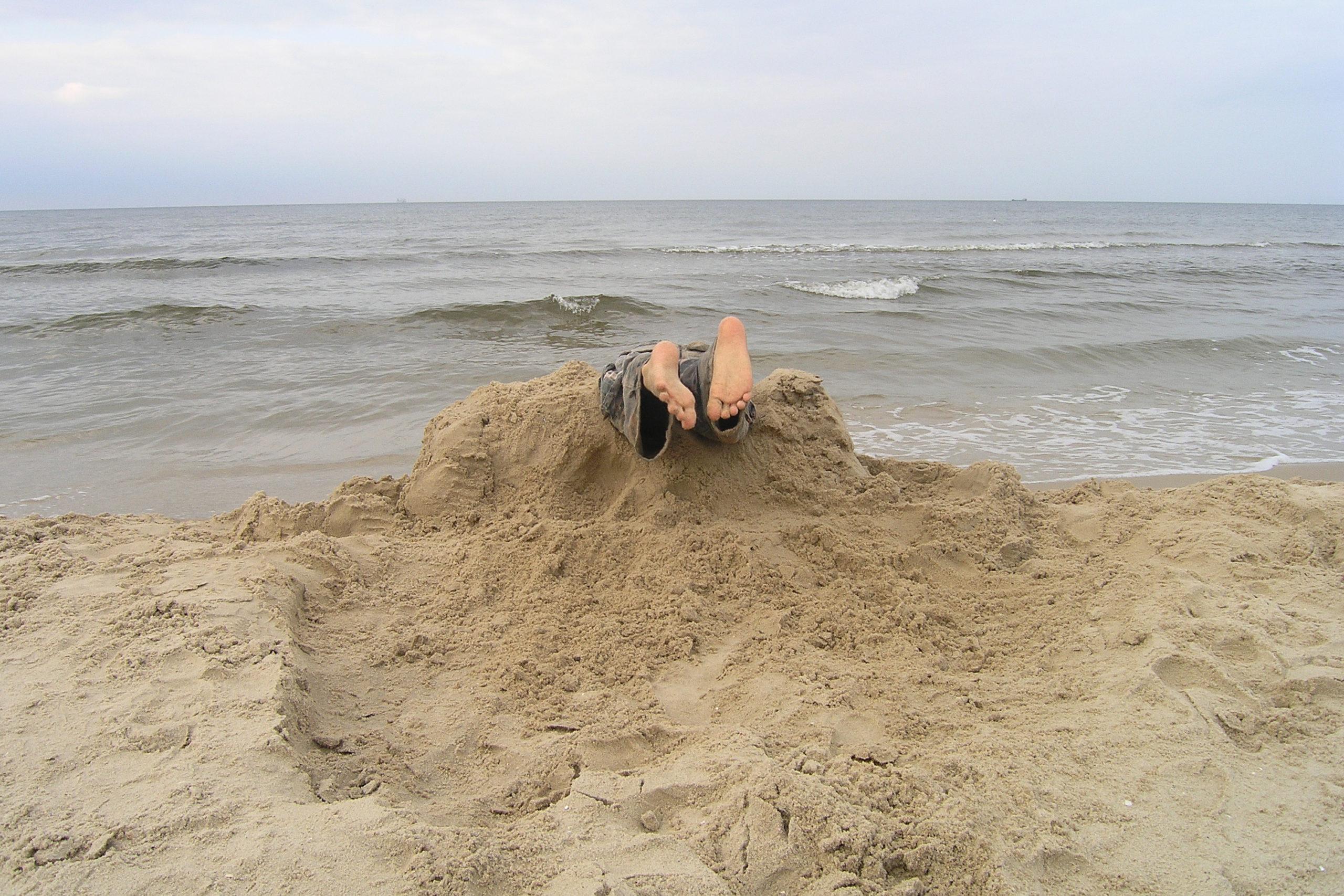 wisełka zabawa na plaży stopy