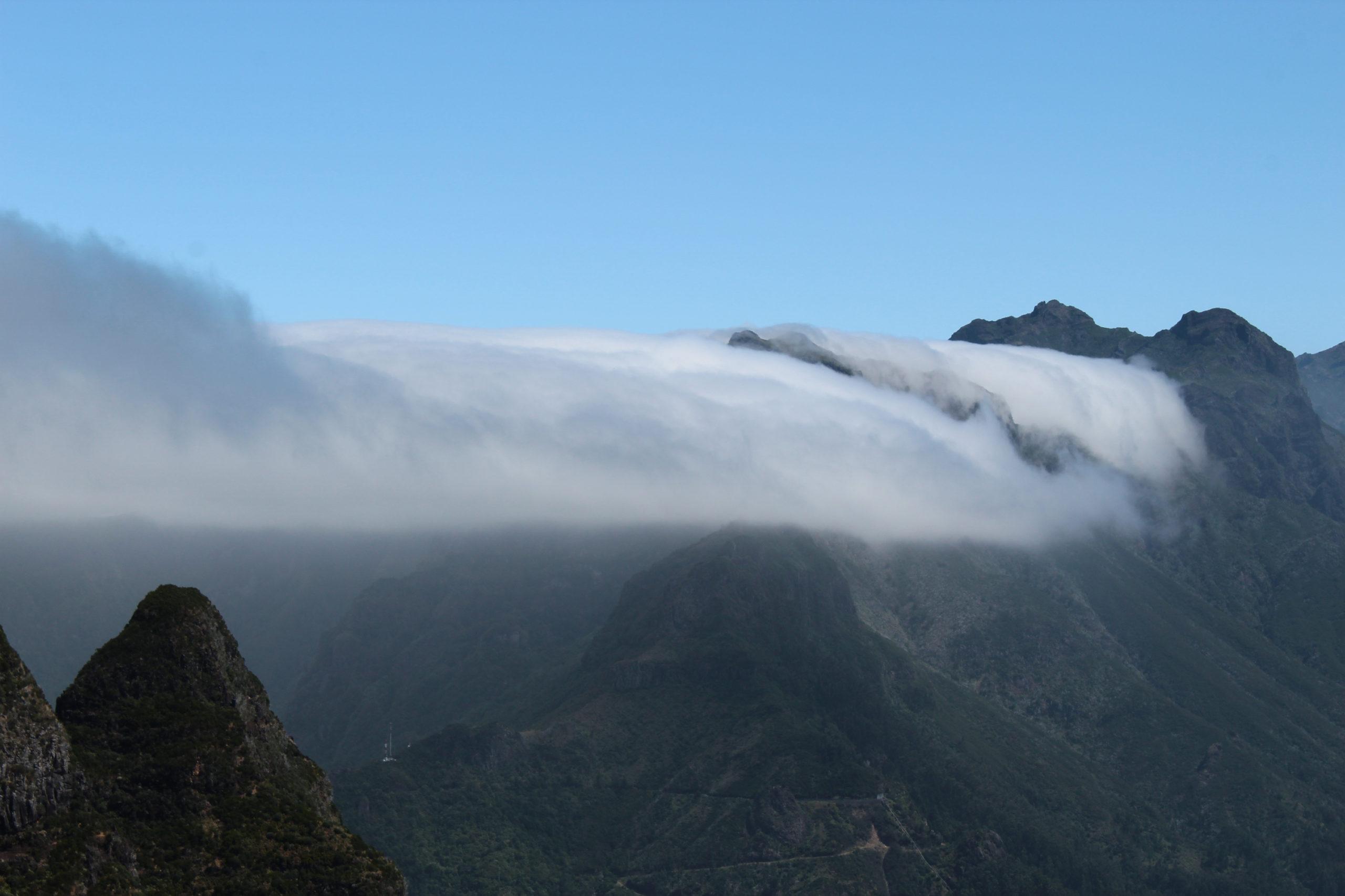 madera szczyty górskie w chmurach