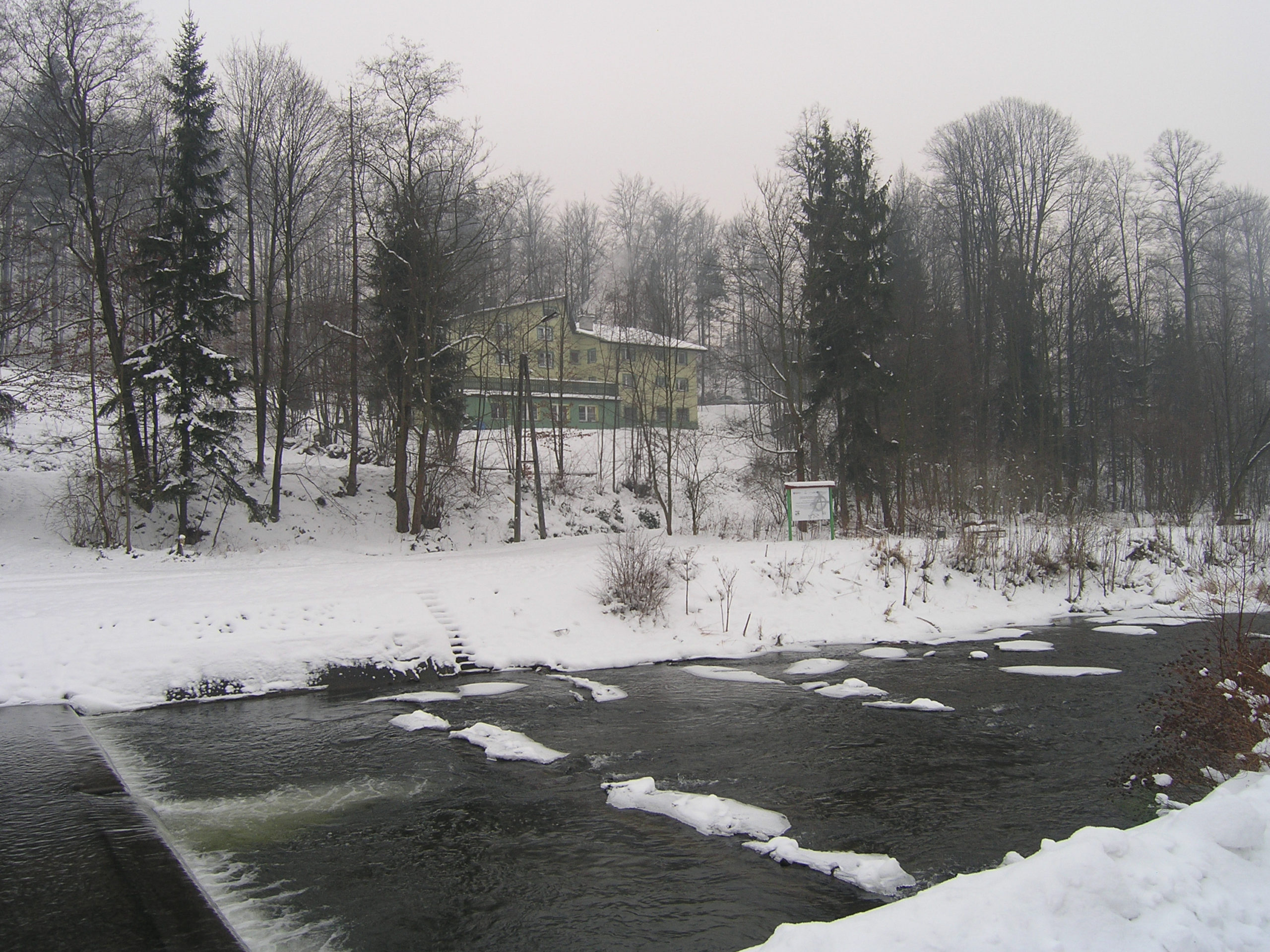 wisła widok na rzekę i budynek zima
