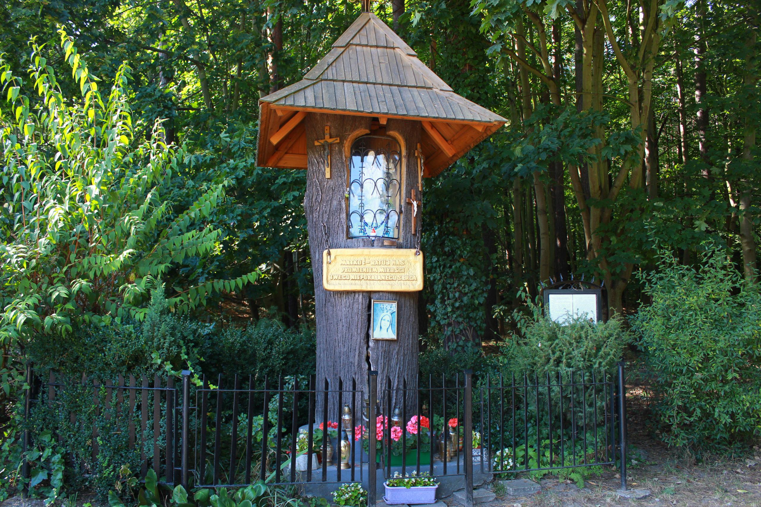 kapliczka przy lesie