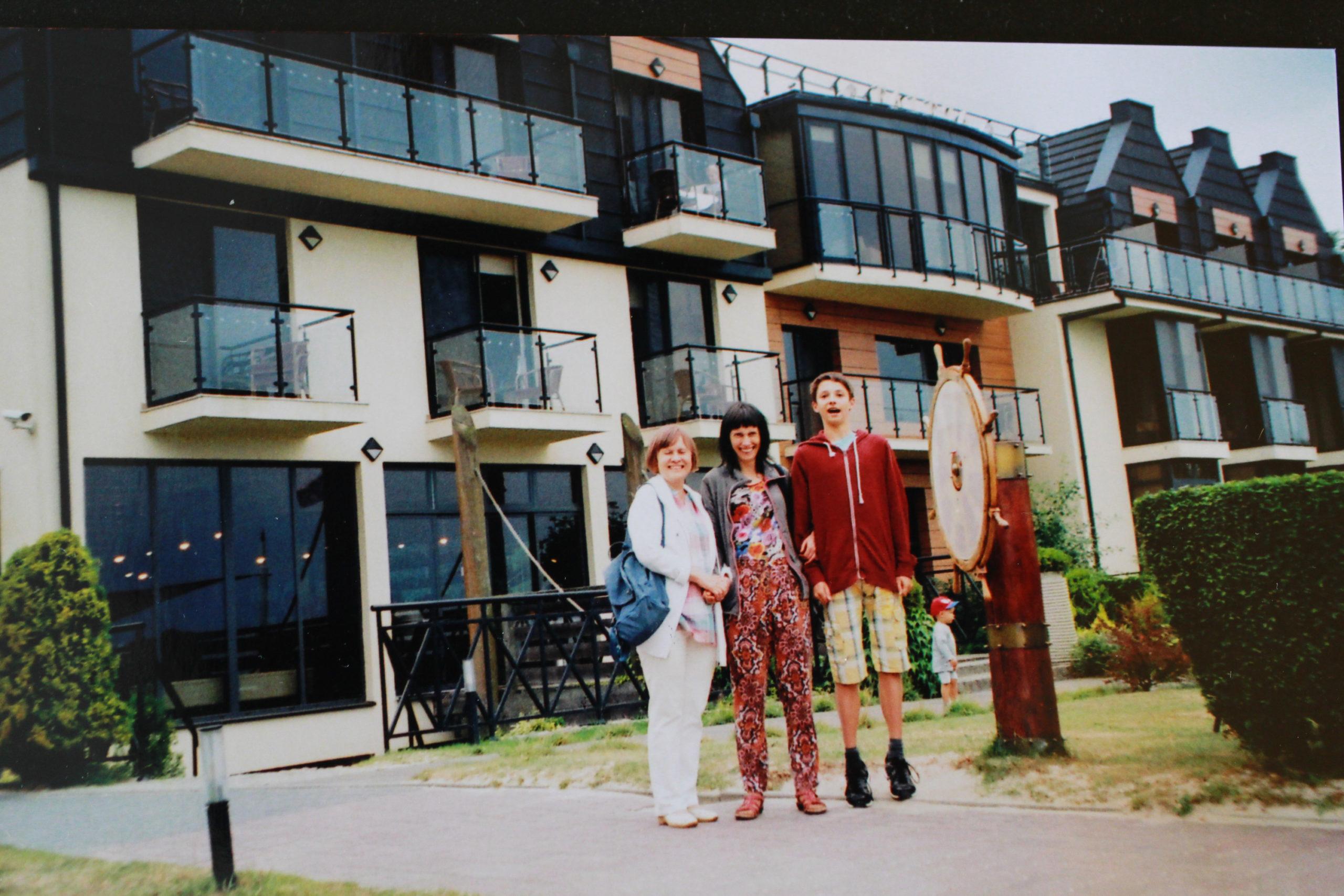 rodzina przed domkami