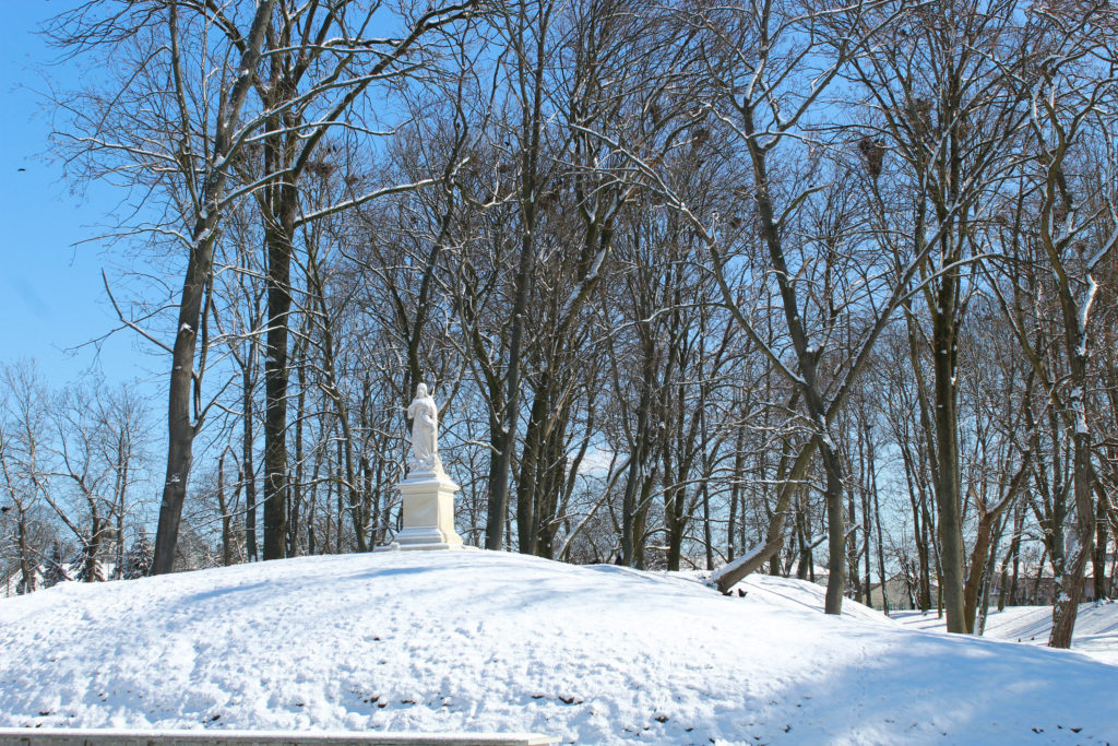 figura Chrystusa na górce zima