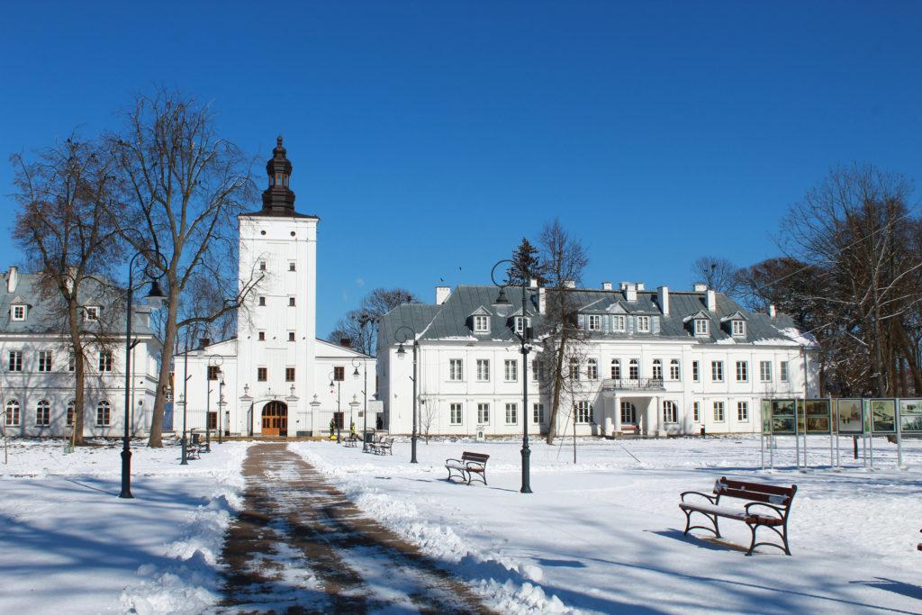 białe budynki zimą