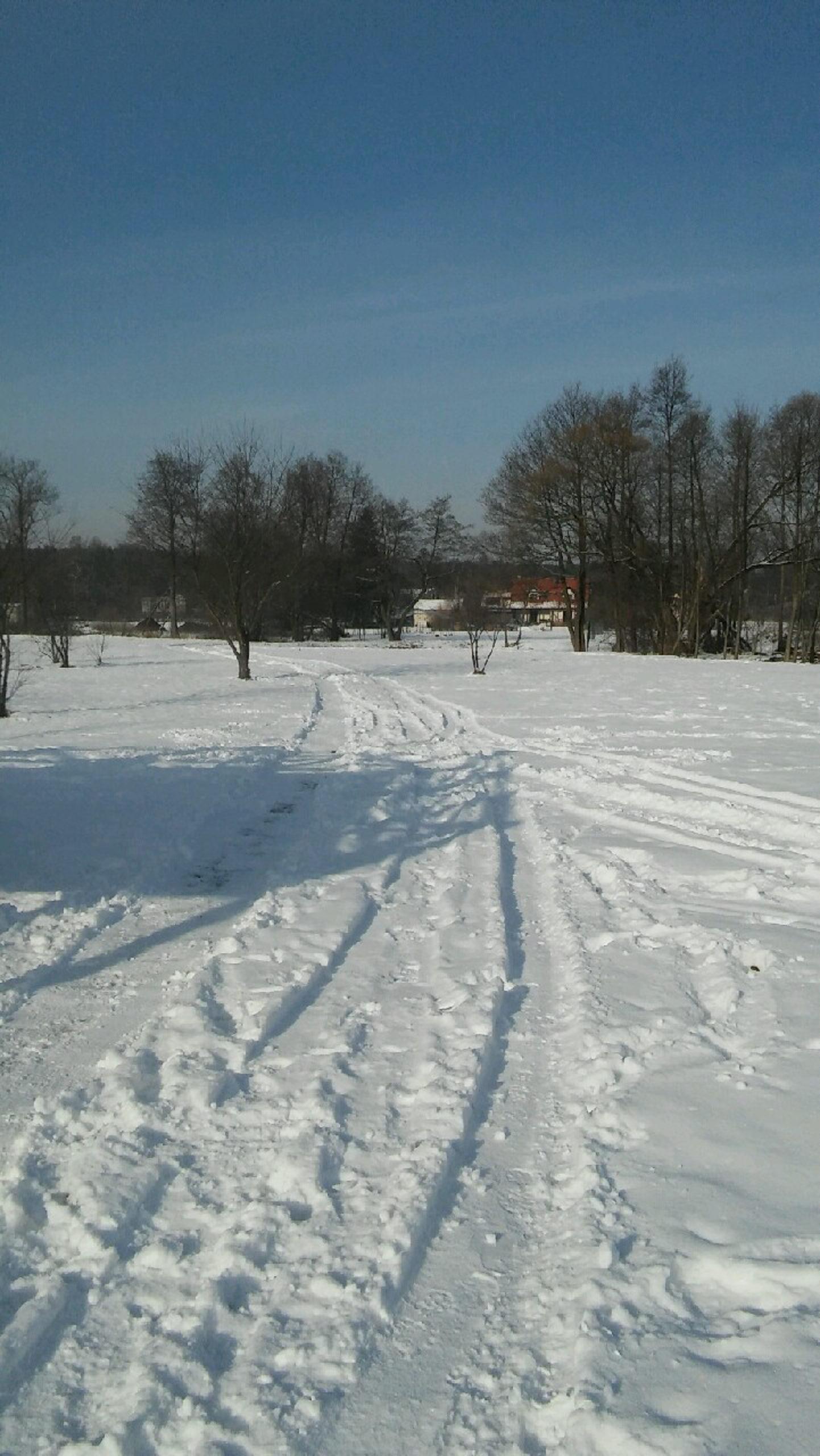 ślady przejazdu w śniegu