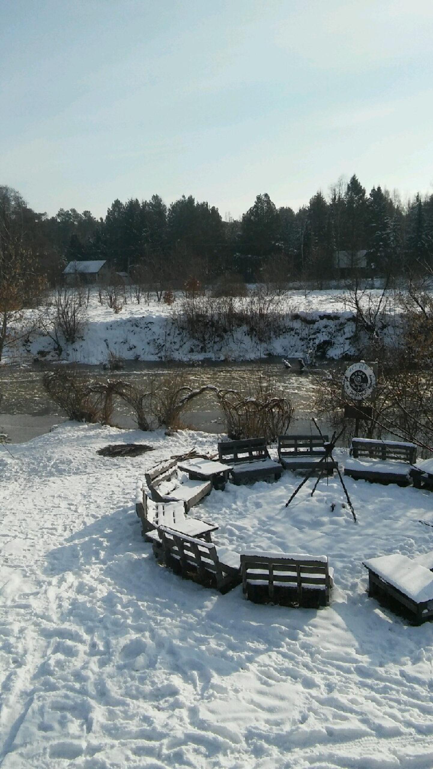 widok na palenisko i rzekę, zima