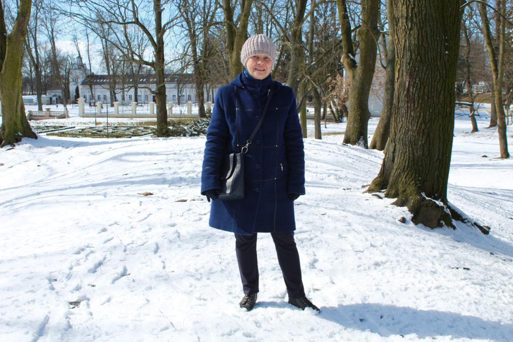 mama w parku zimą