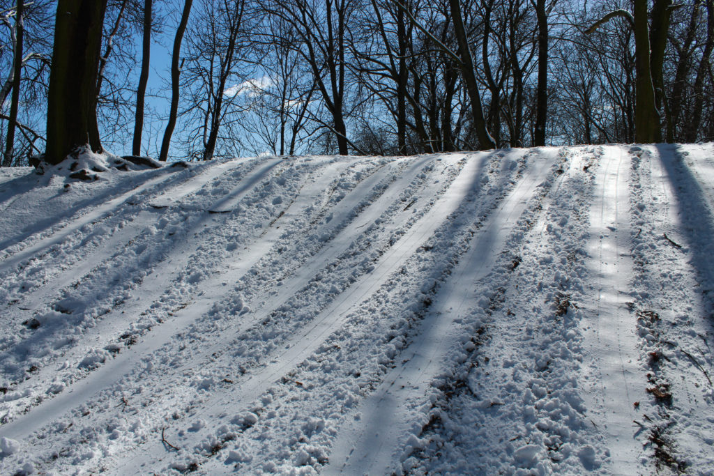 górka pokryta śniegiem na której są ślady zjazdu