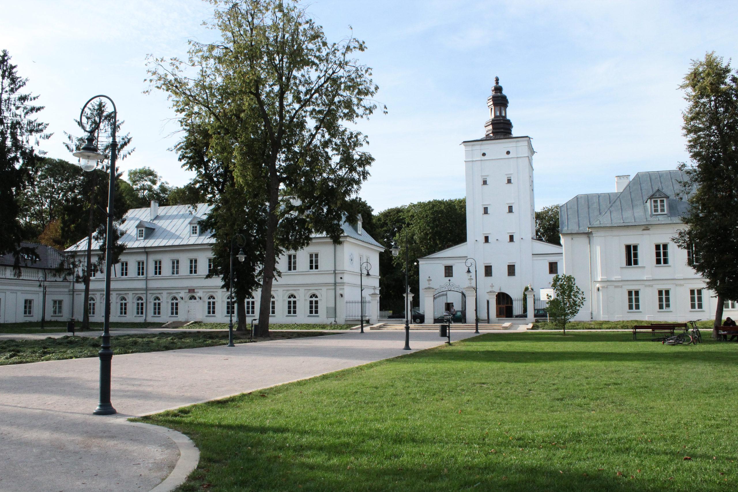 białe budynki i biały kościół