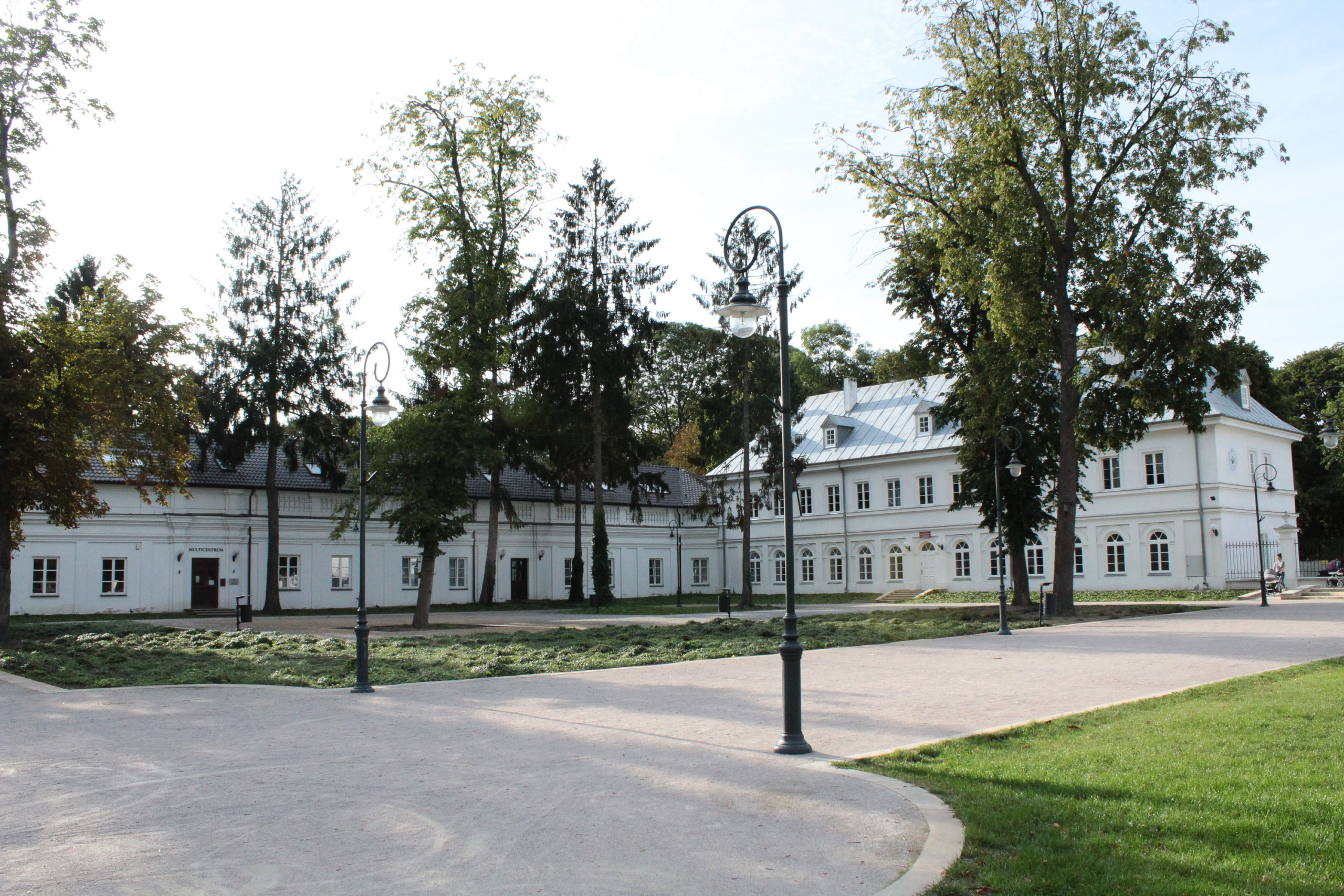 biały budynek klasycystyczny
