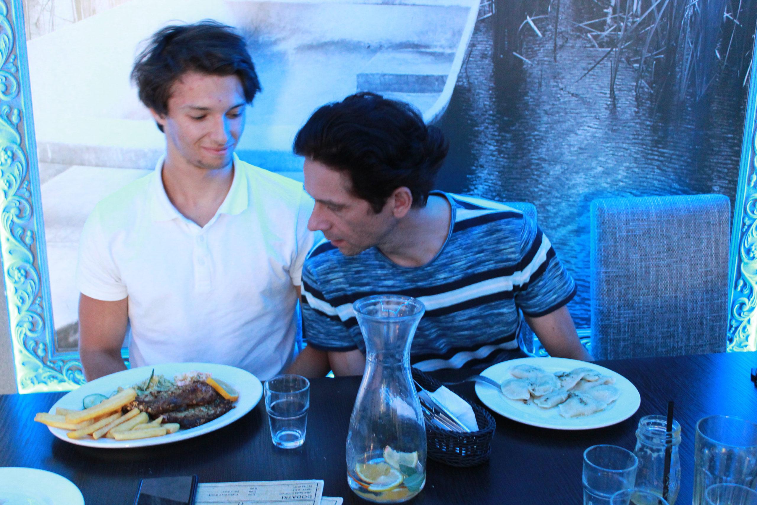 Mąż i syn jedzą