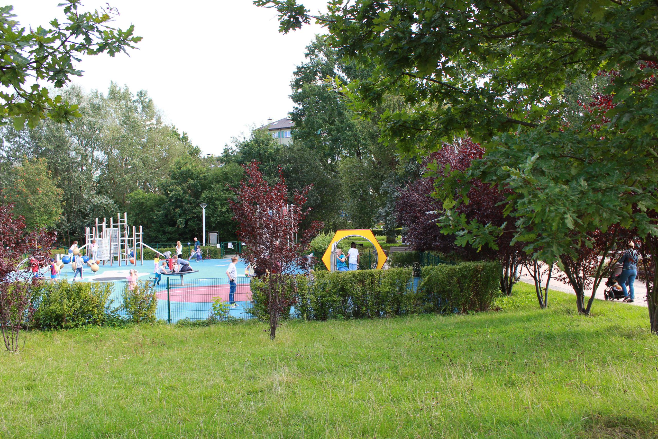 plac zabaw wśród zieleni