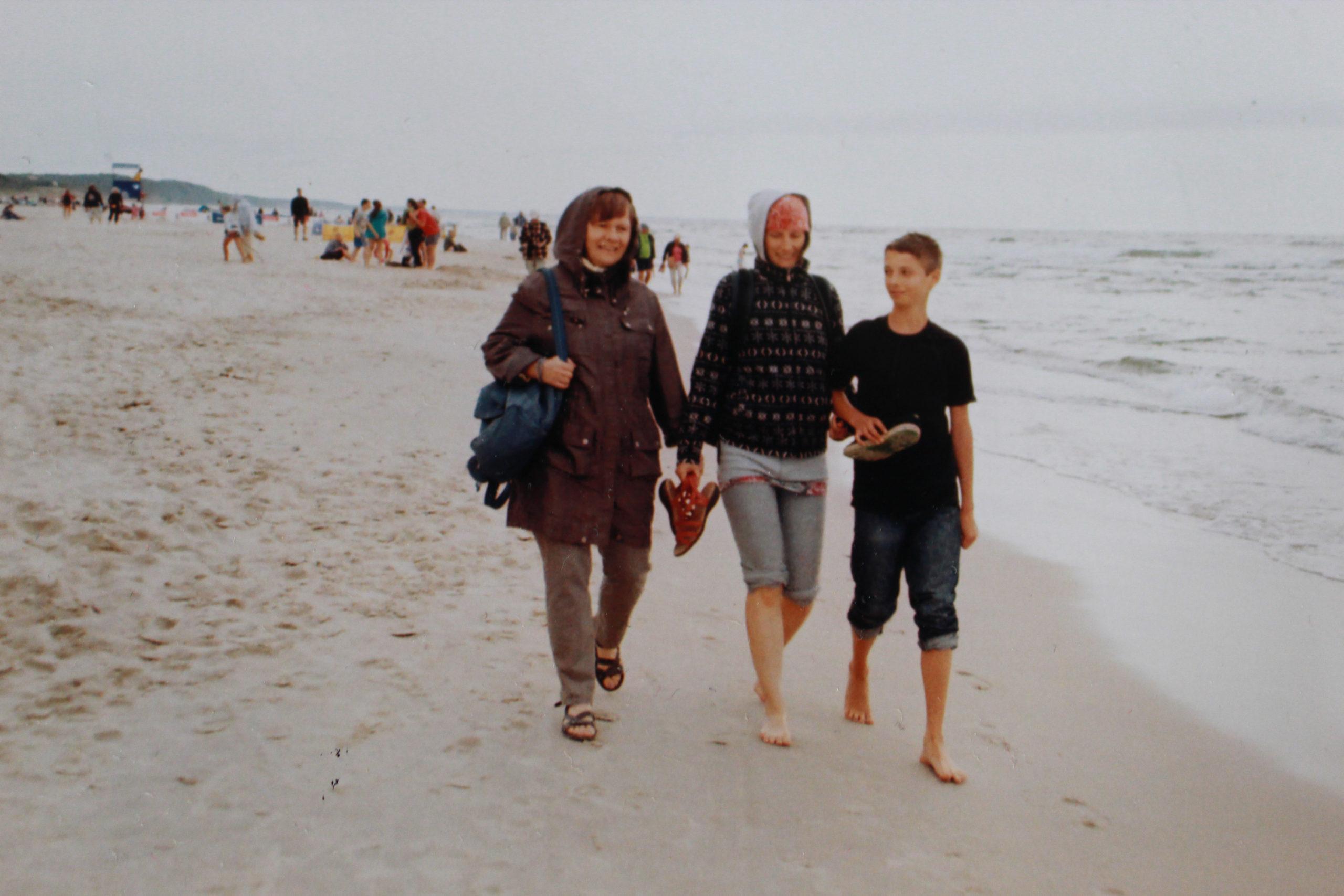 rodzina idąca po plaży