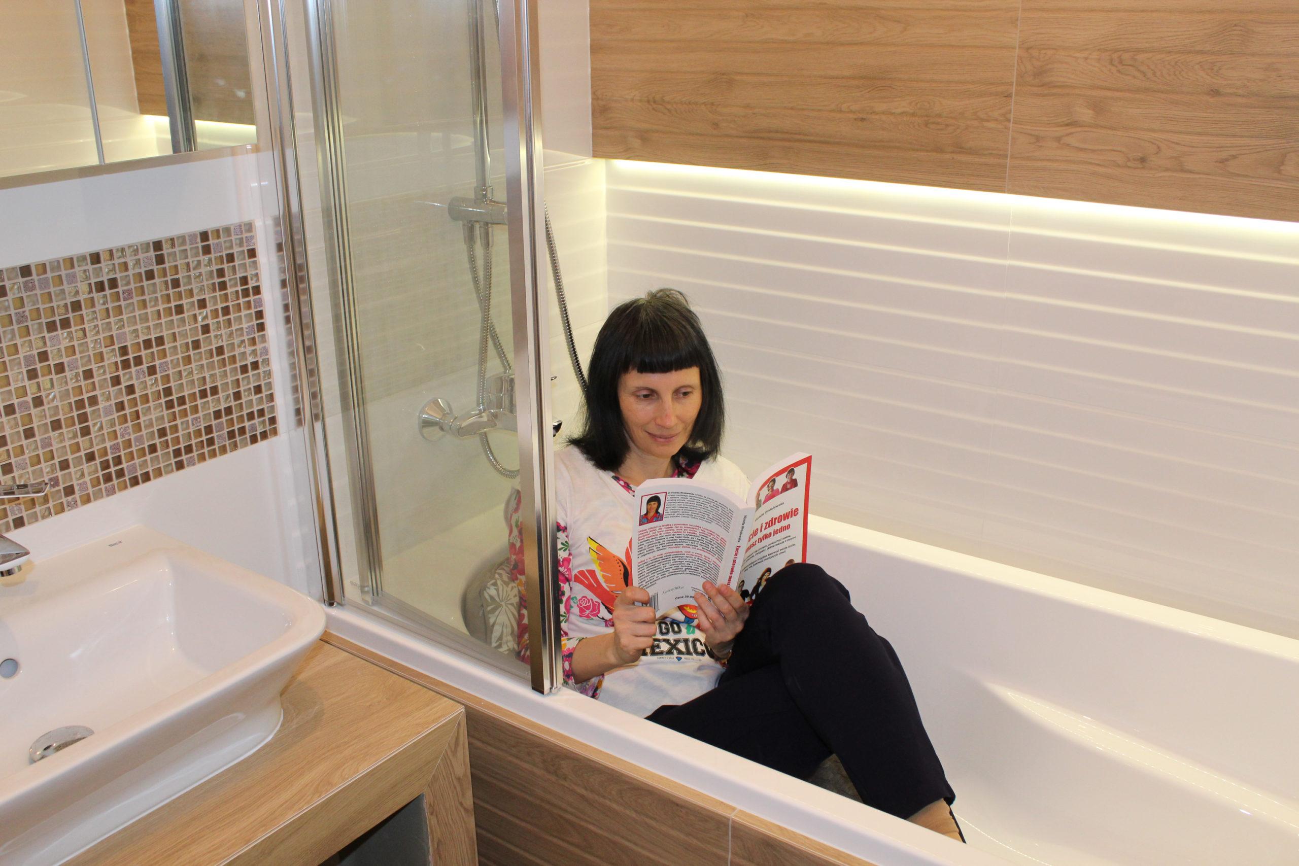 Violetta w wannie czyta książkę