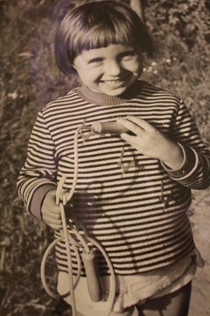 stare zdjęcie dziecka ze skakanką