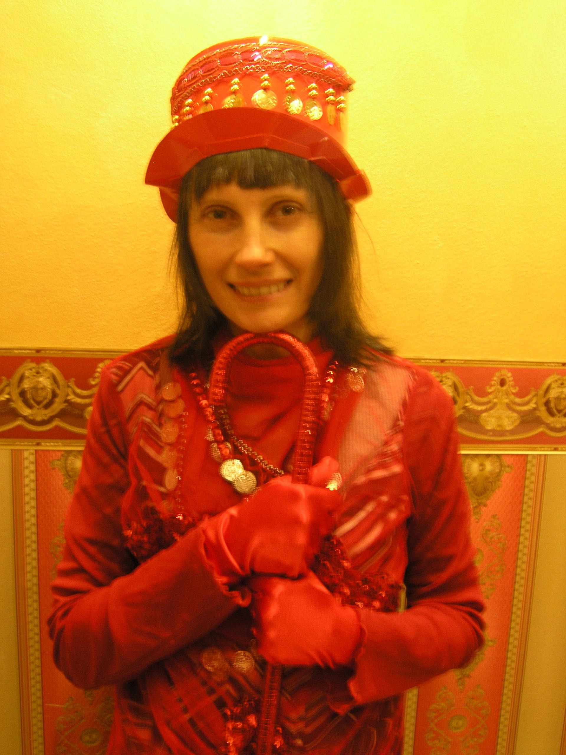 Violetta ubrana na czerwono