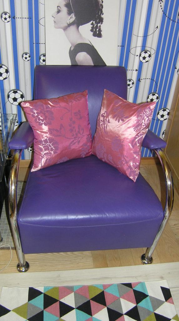 fioletowy fotel