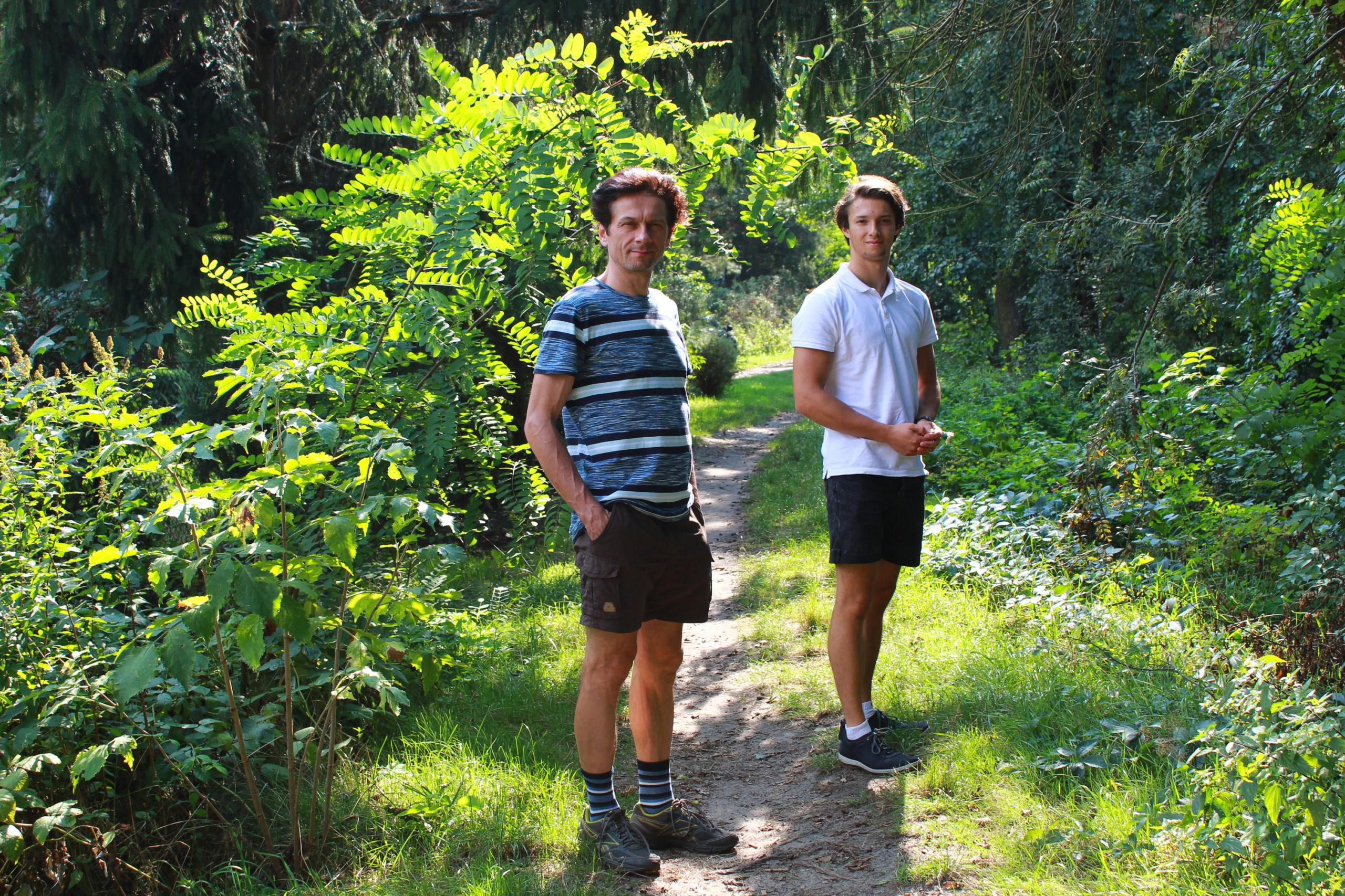 Rodzina na spacerze w lesie