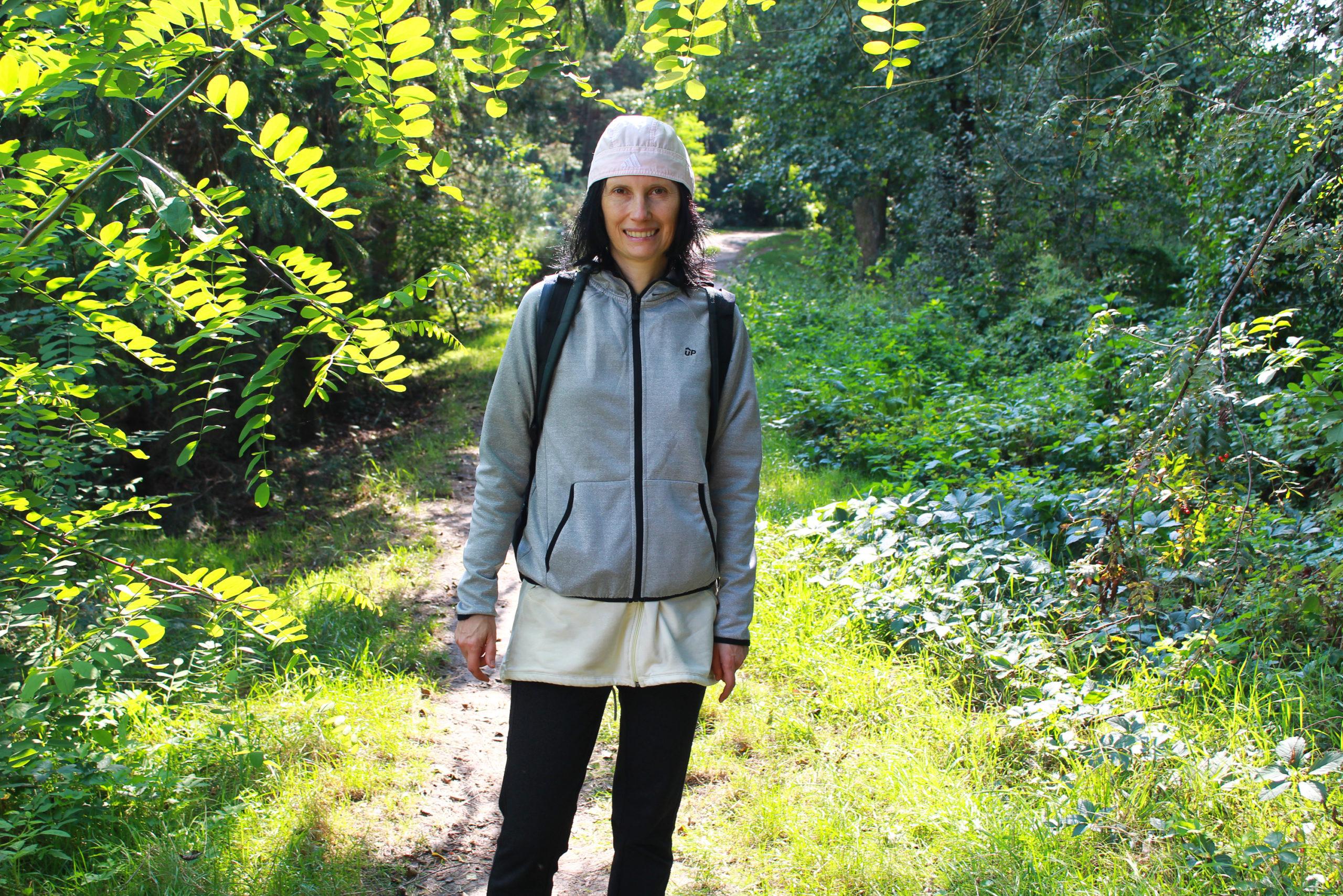 Violetta na spacerze w lesie