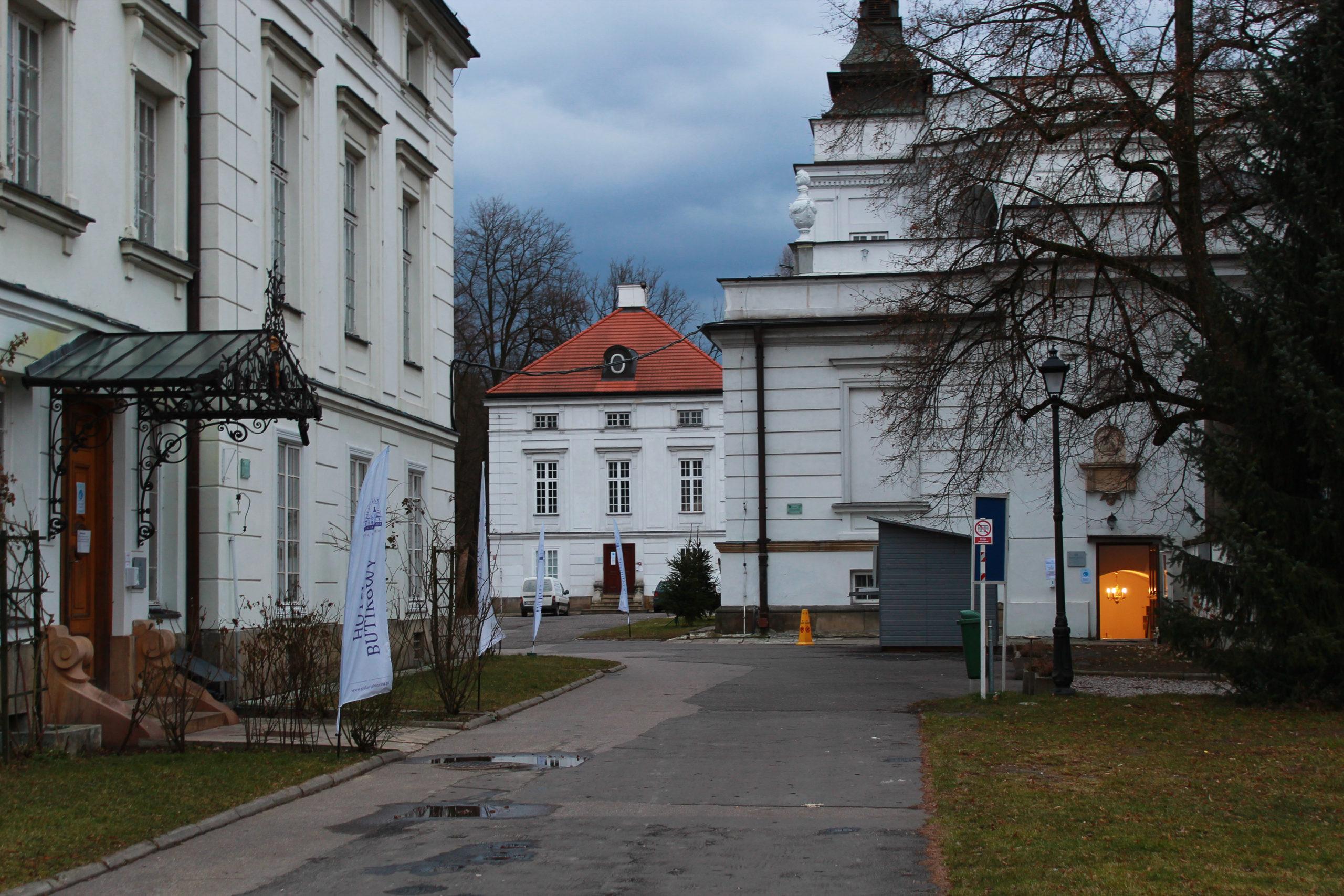 widok na pałac w Jabłonnie