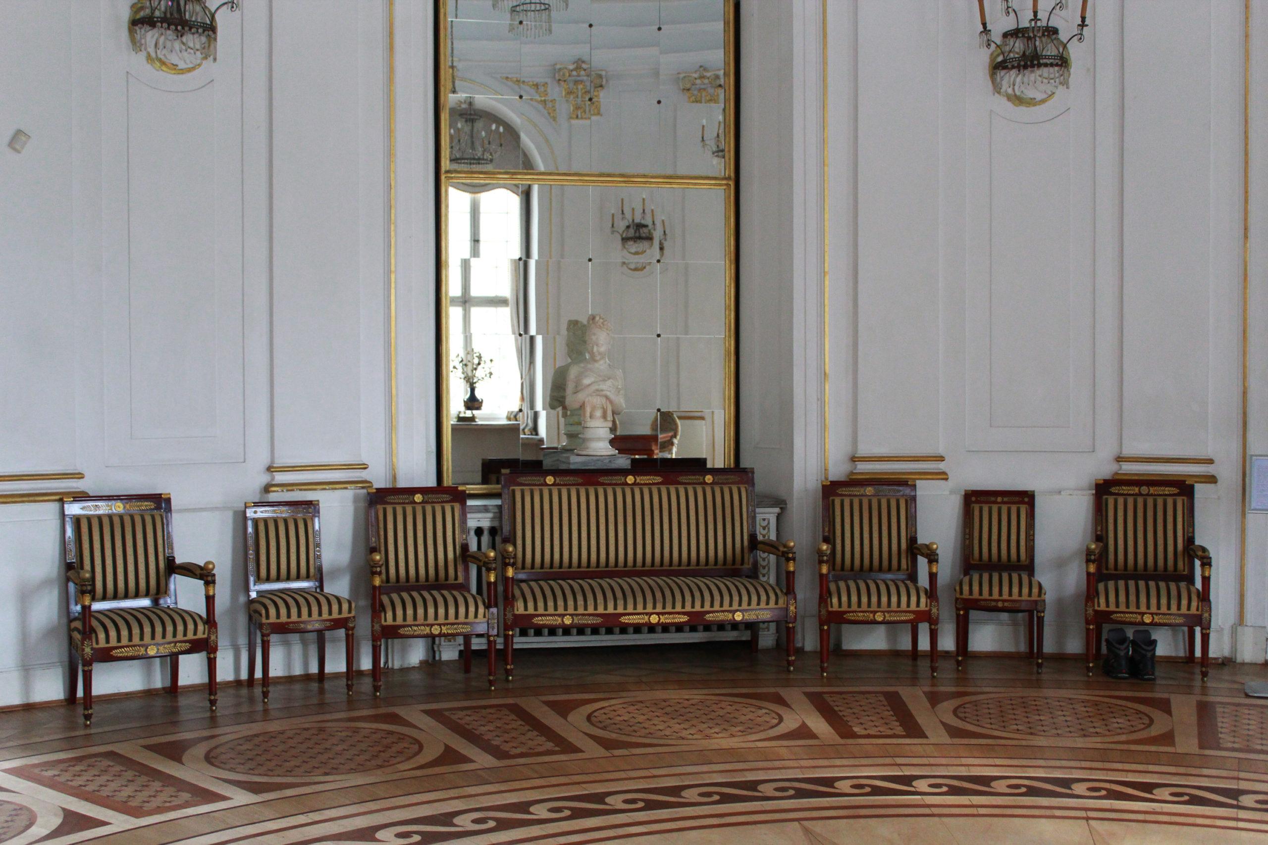 krzesła pod ścianą w pałacu
