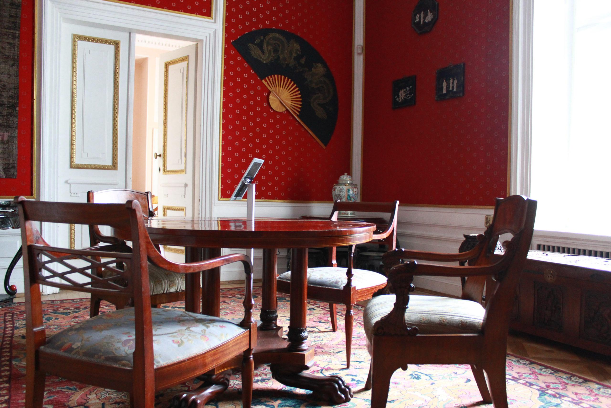krzesła i stół w pokoju w Jabłonnie