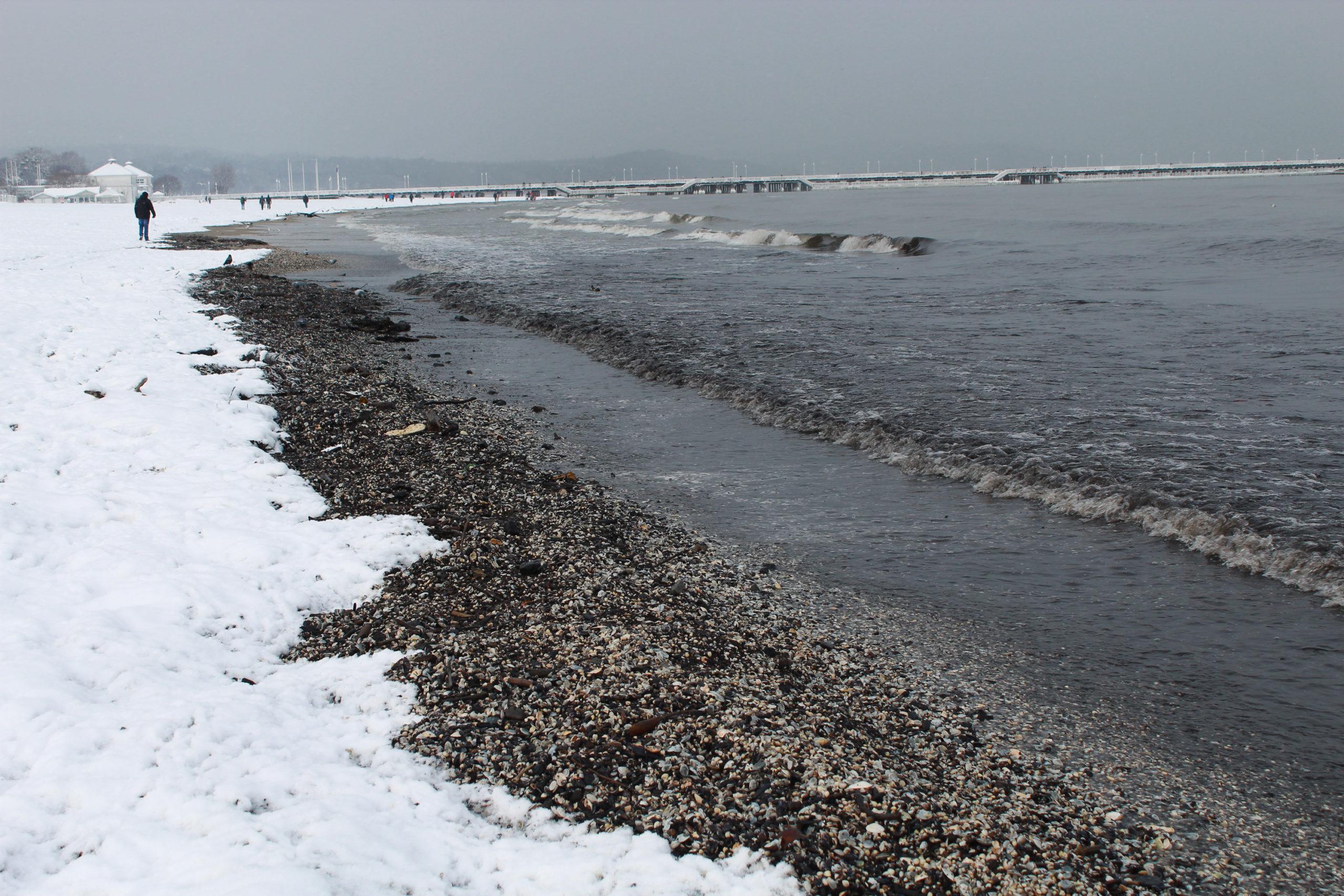 widok na zaśnieżoną plażę