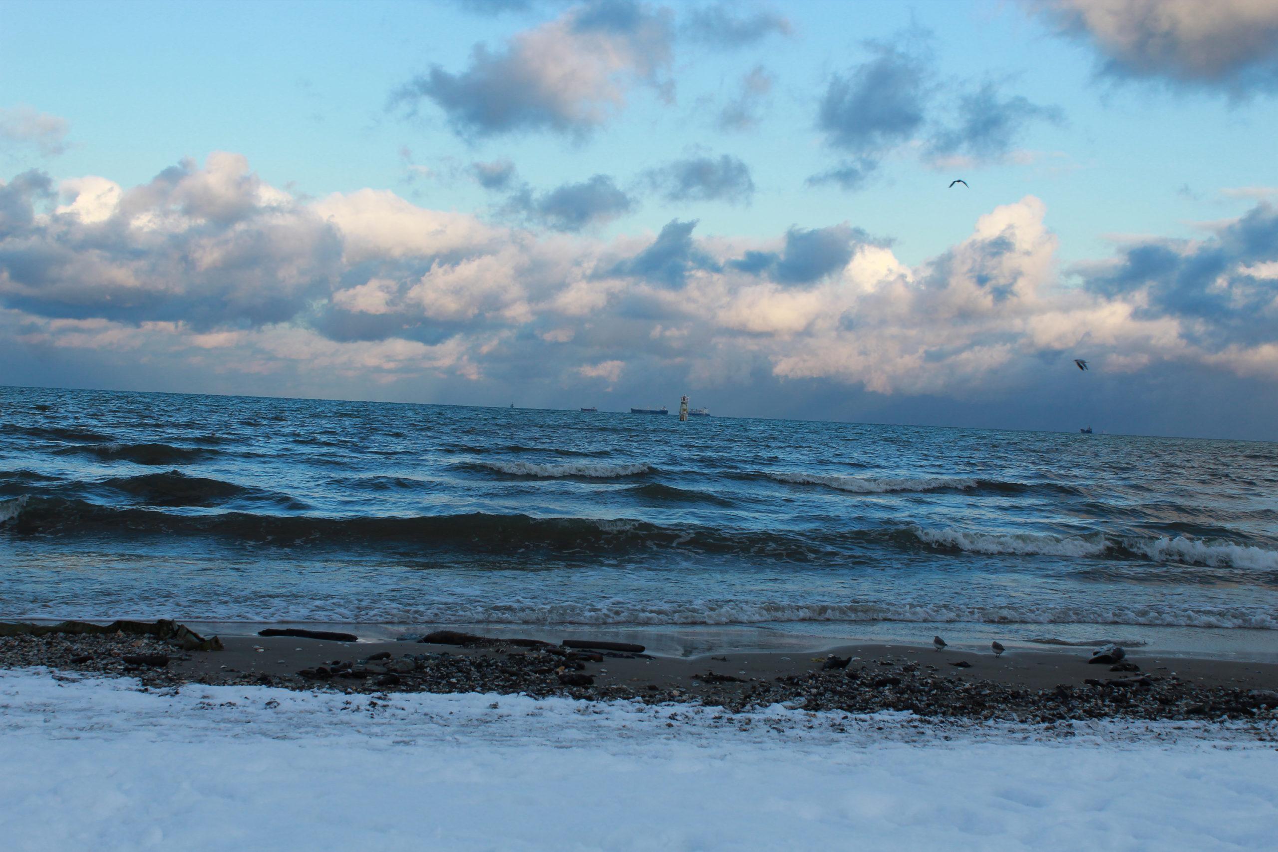 śnieg na plaży i widok na morze