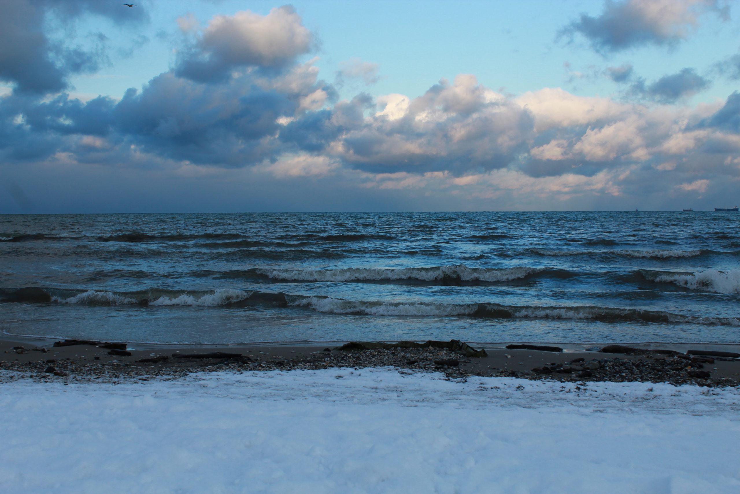 fale na morzu i śnieg na plaży