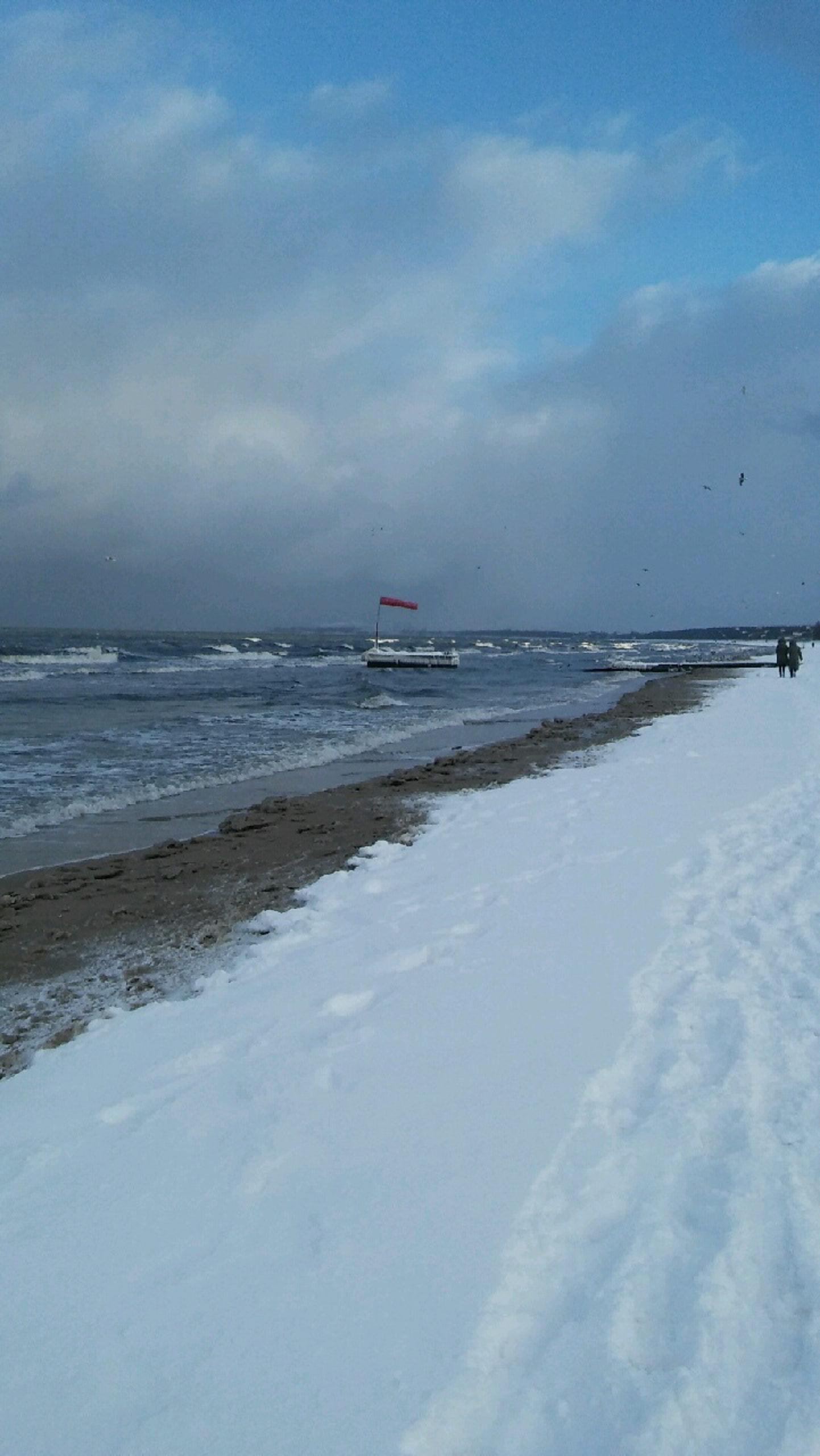 zaśnieżona plaża i morze zimą