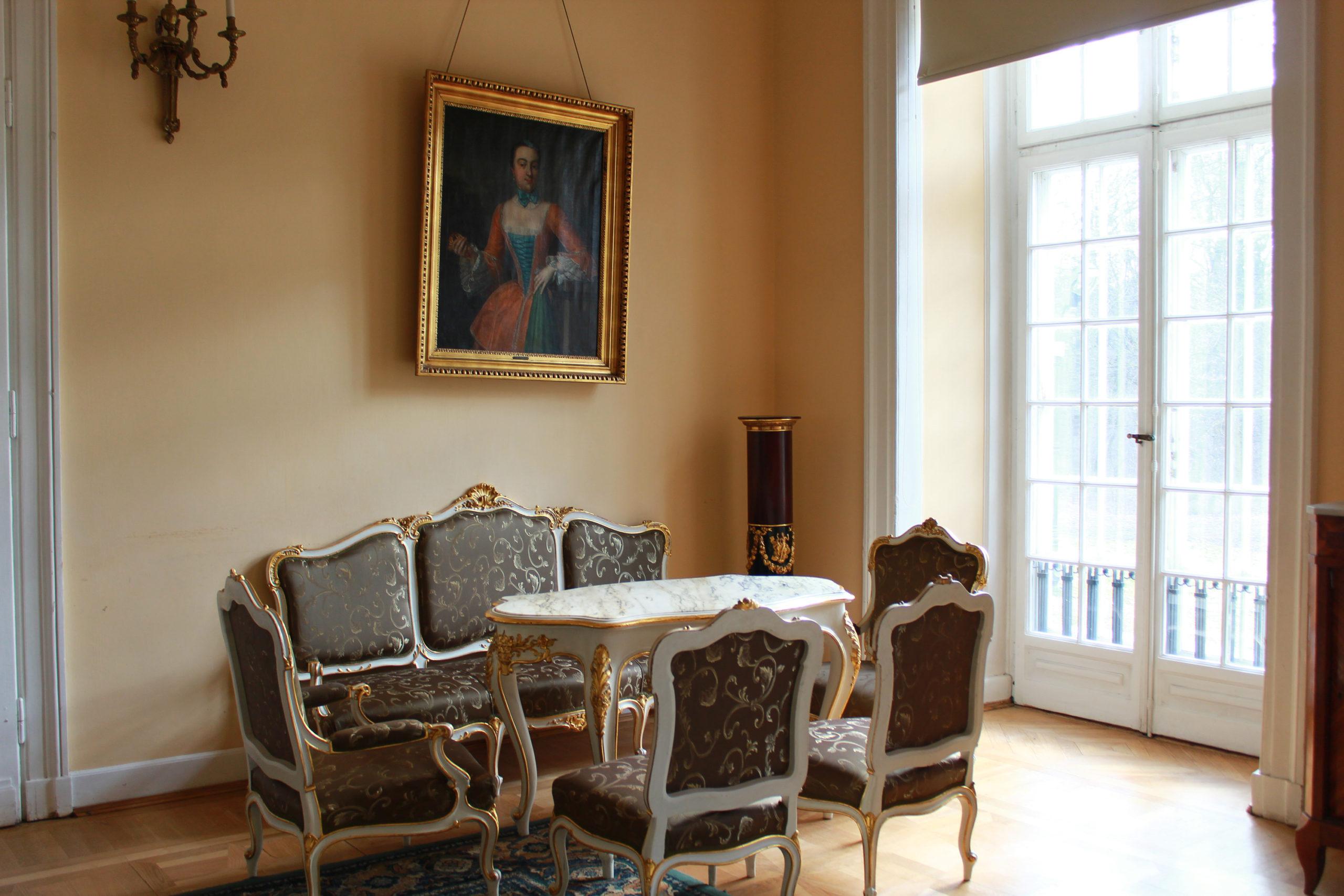 krzesła i stół przy oknie