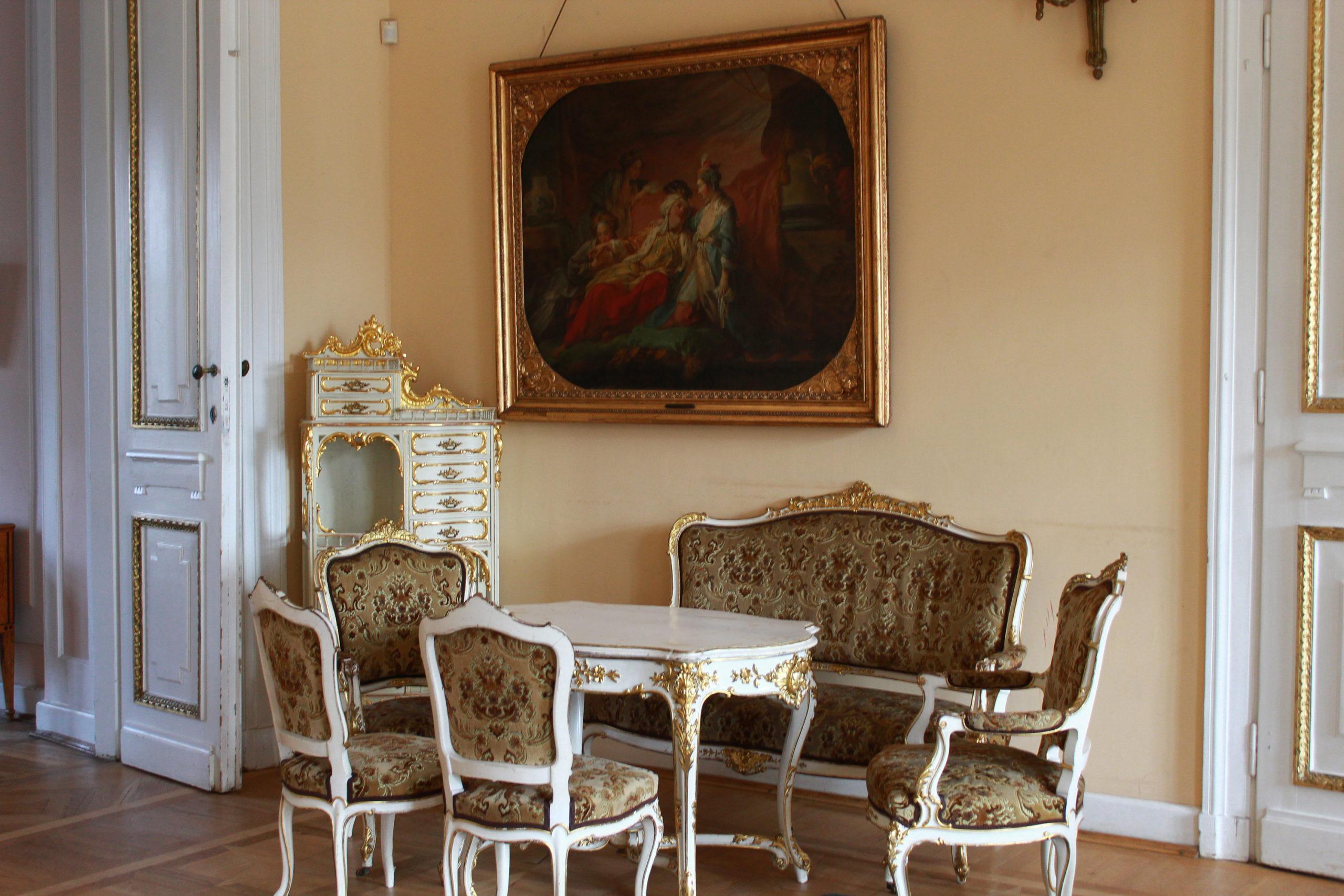 klasyczne krzesła i stół w pomieszczeniu pałacowym