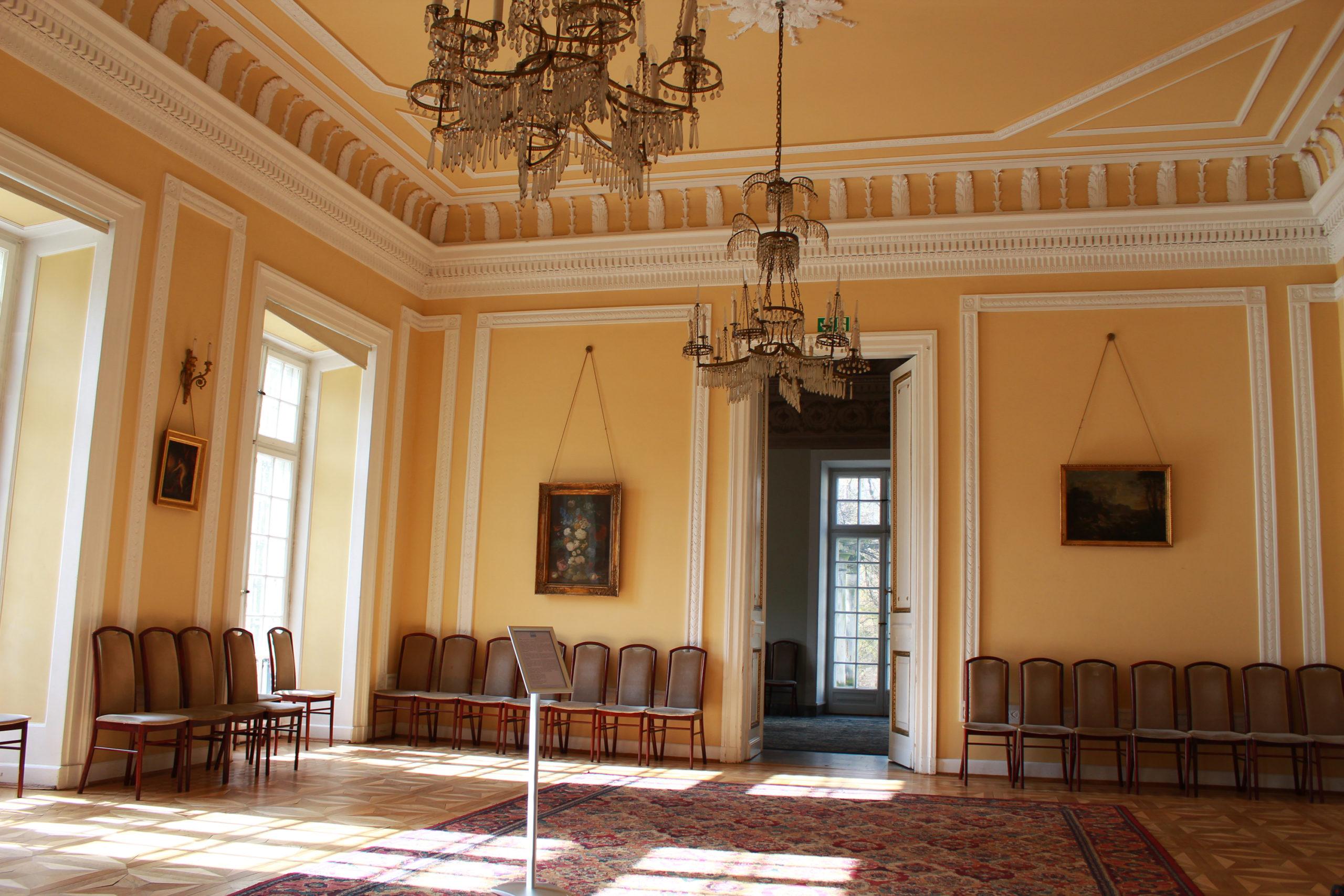 duże pomieszczenie w pałacu w Jabłonnie