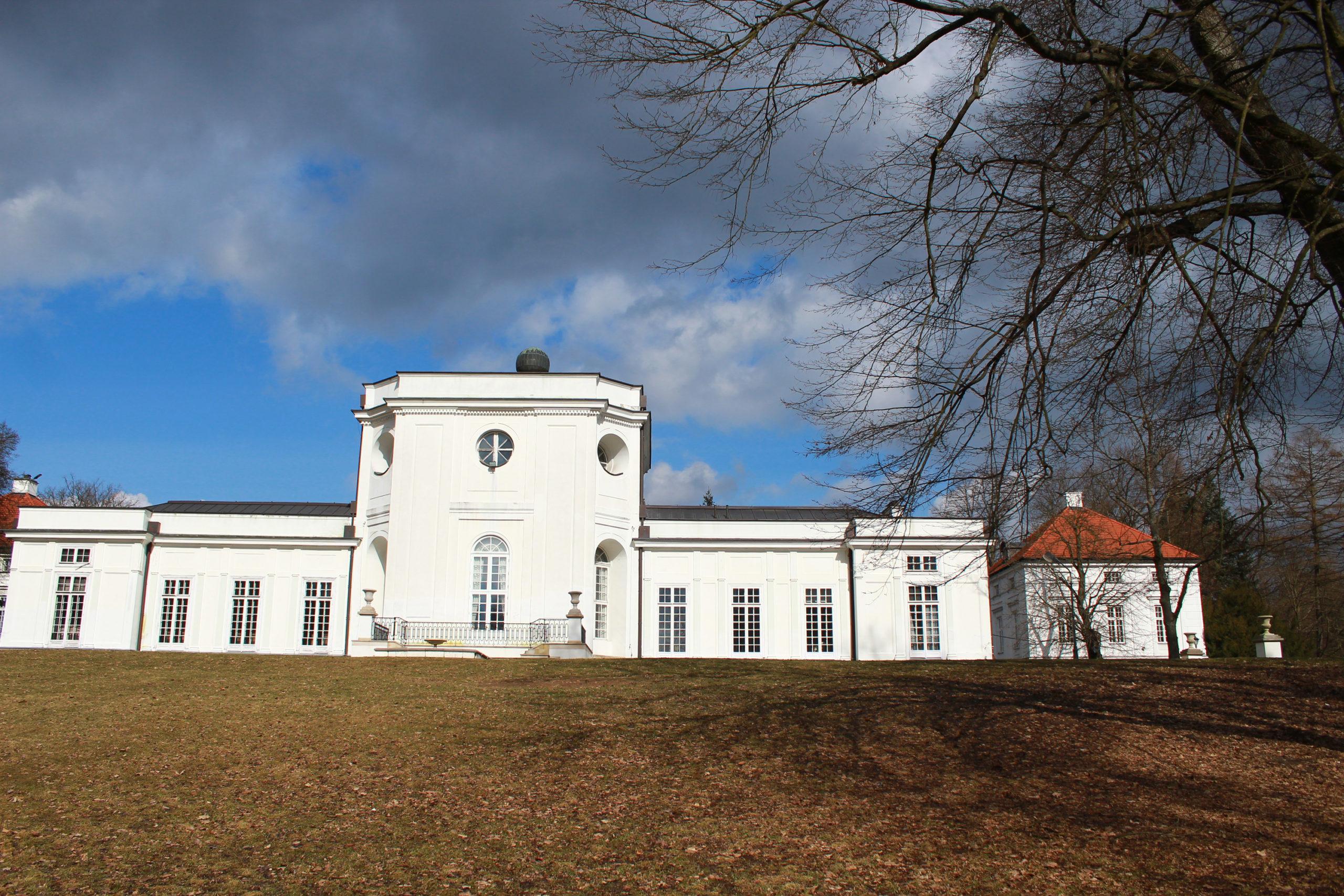 widok na biały pałac
