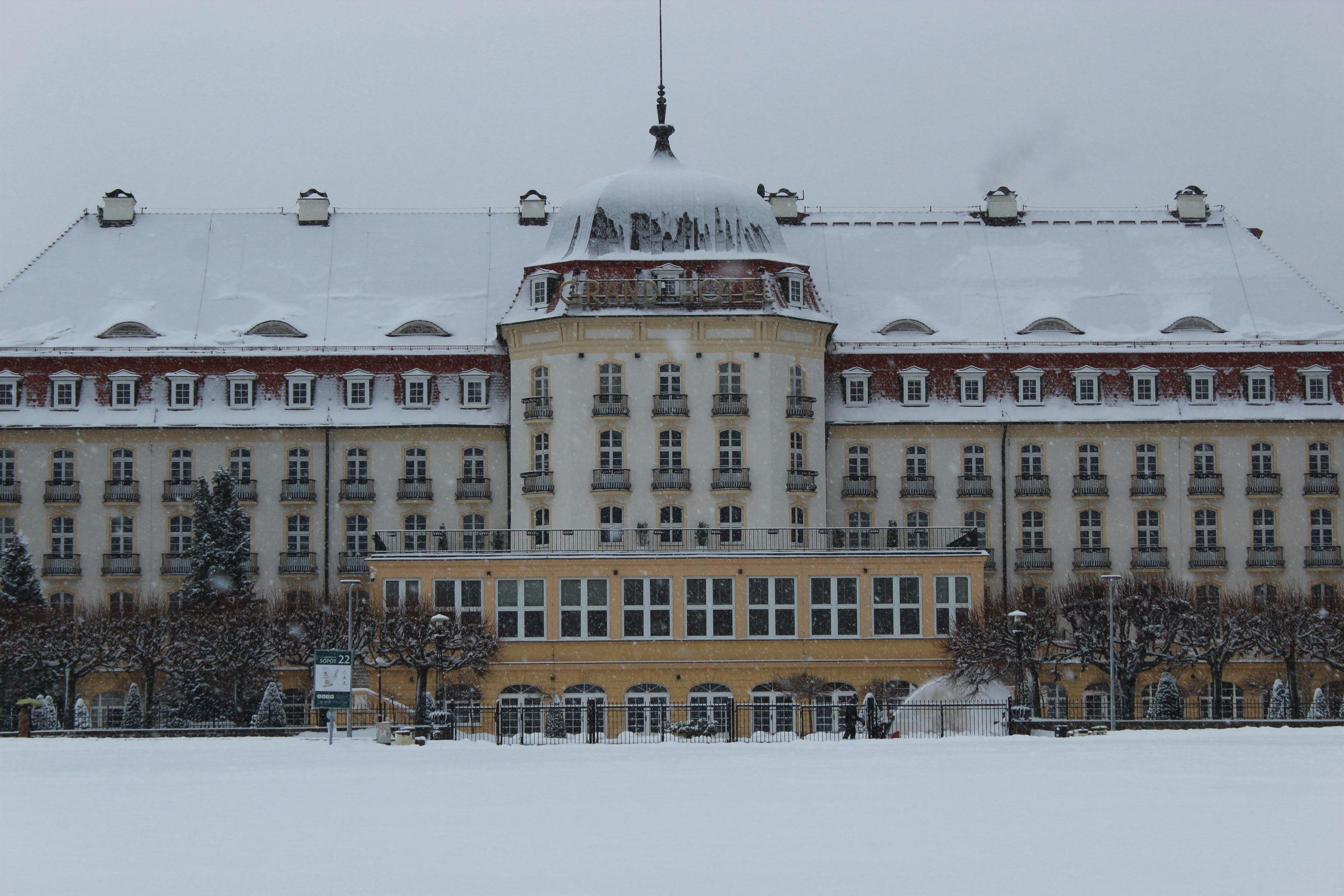 widok na budynek, dach pokryty śniegiem