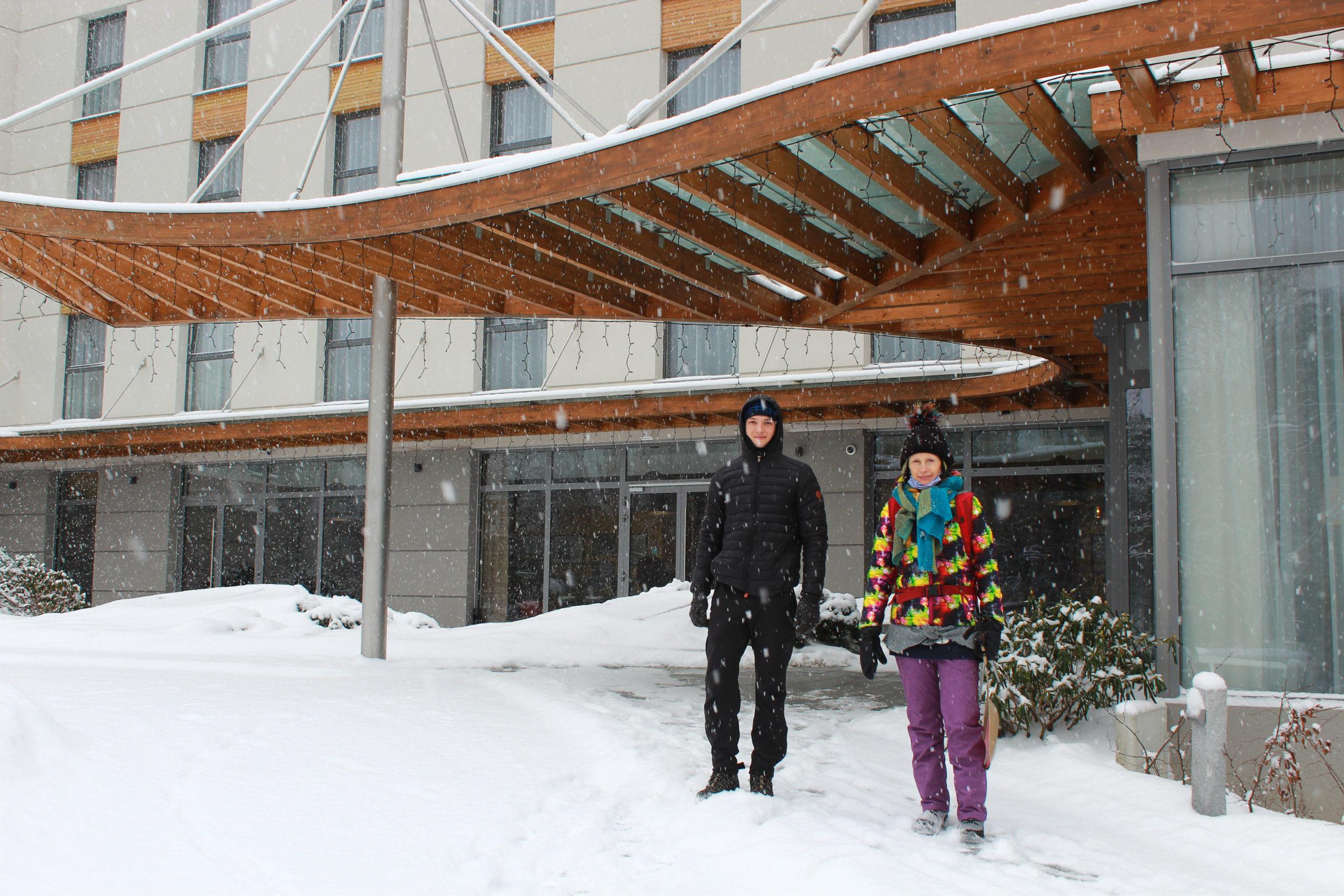 z synem przed hotelem, pada śnieg