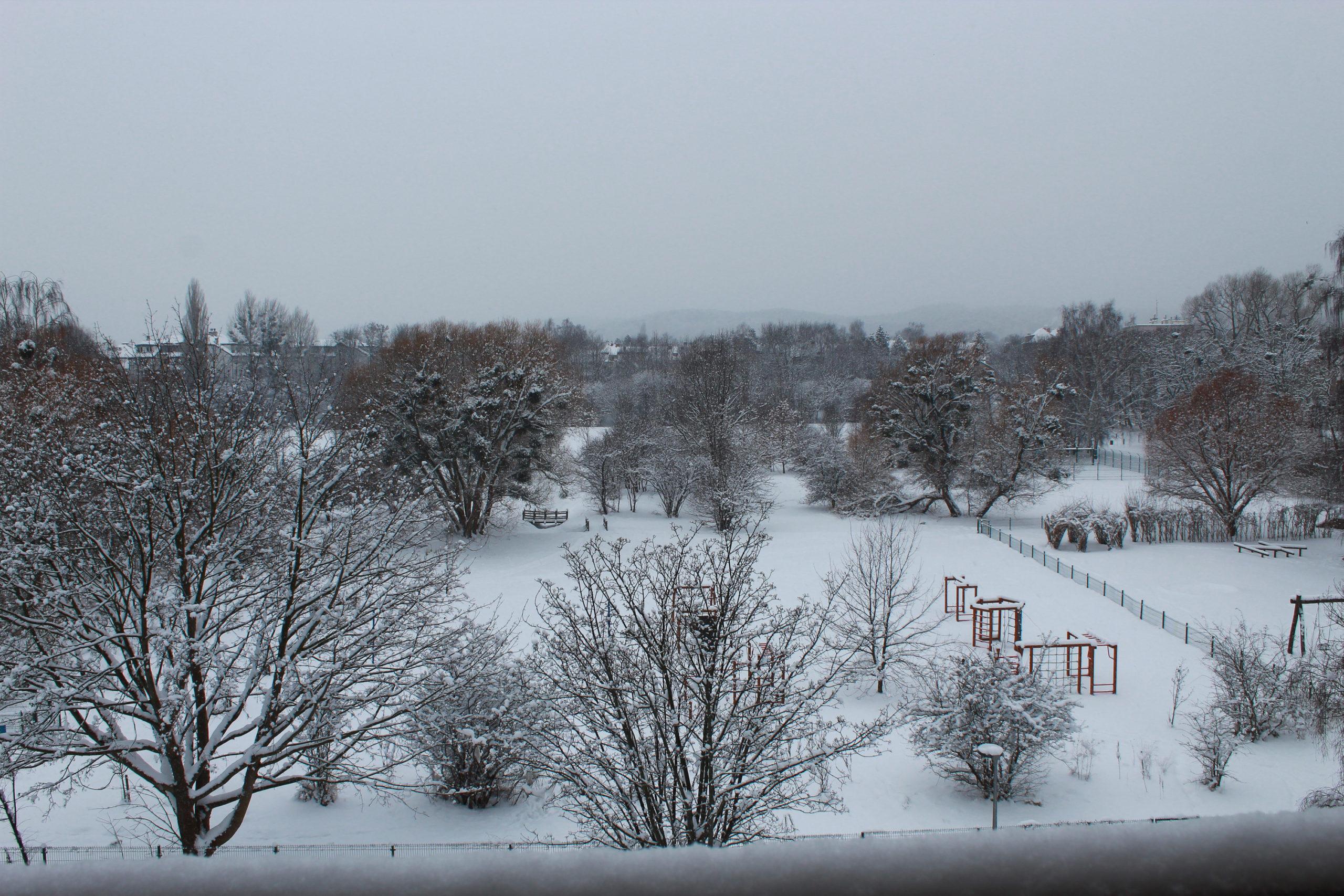 widok na zaśnieżony plac zabaw